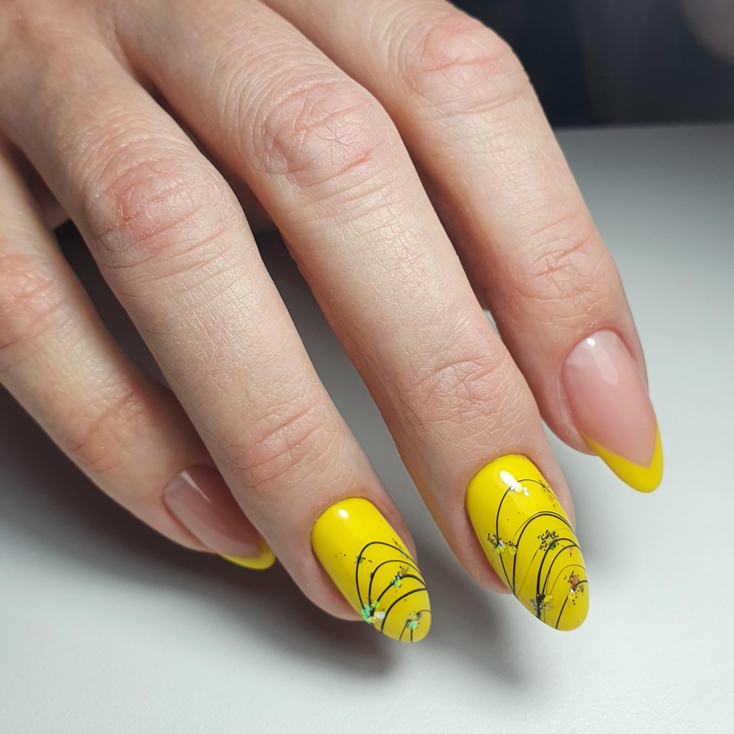 Маникюр с паутинкой и френч-дизайном в желтом цвете на длинные ногти.