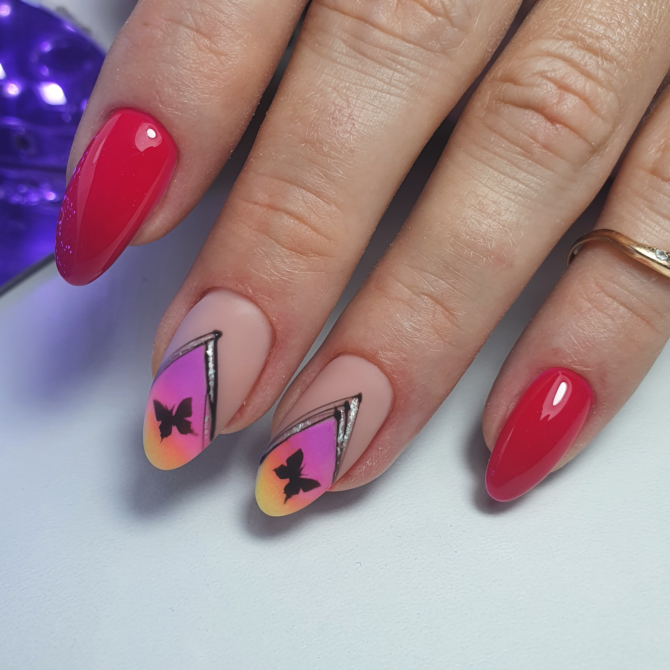 Маникюр с градиентом и бабочками на длинные ногти.