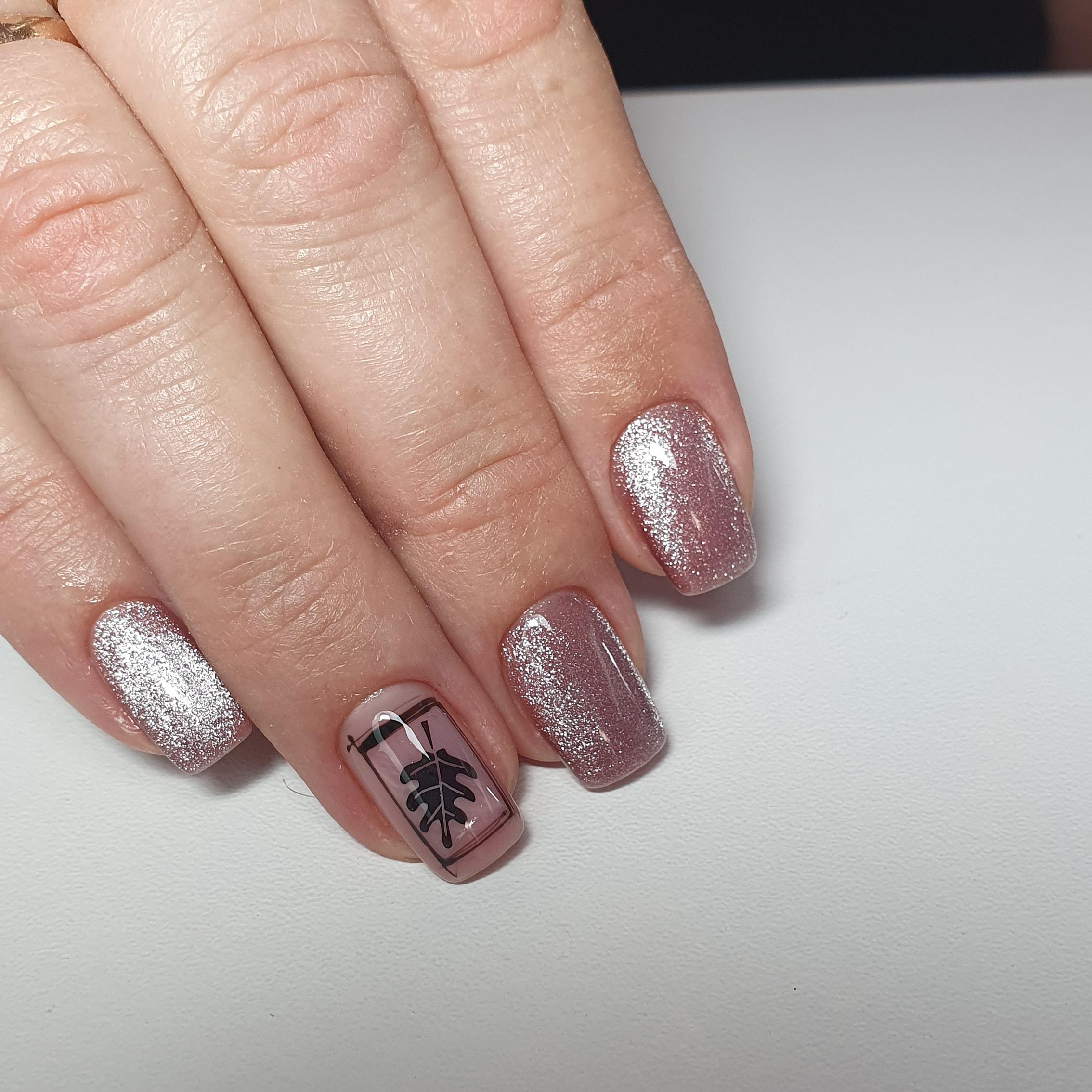 Маникюр с втиркой и растительными слайдерами в пастельных тонах на короткие ногти.