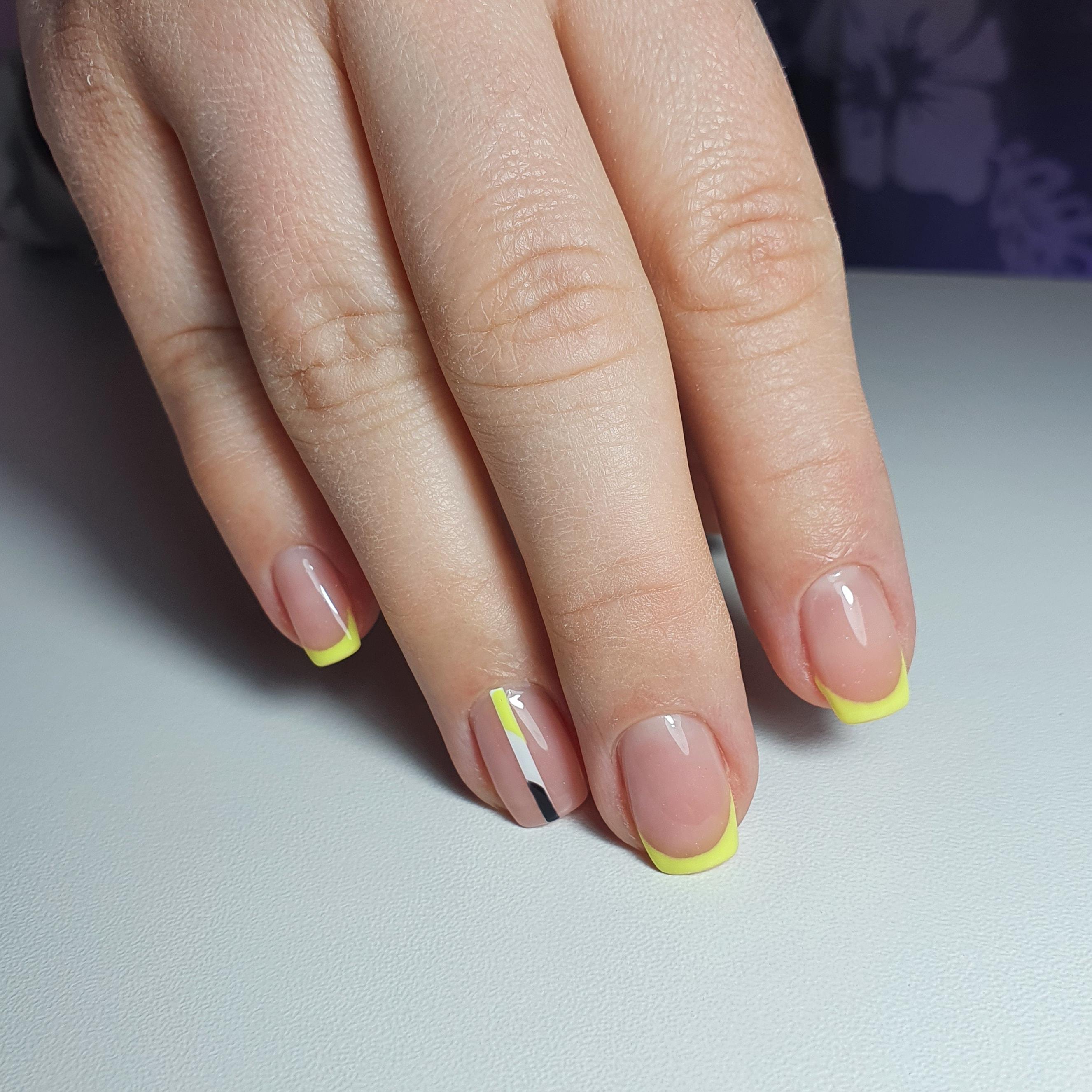 Френч в желтом цвете на короткие ногти.