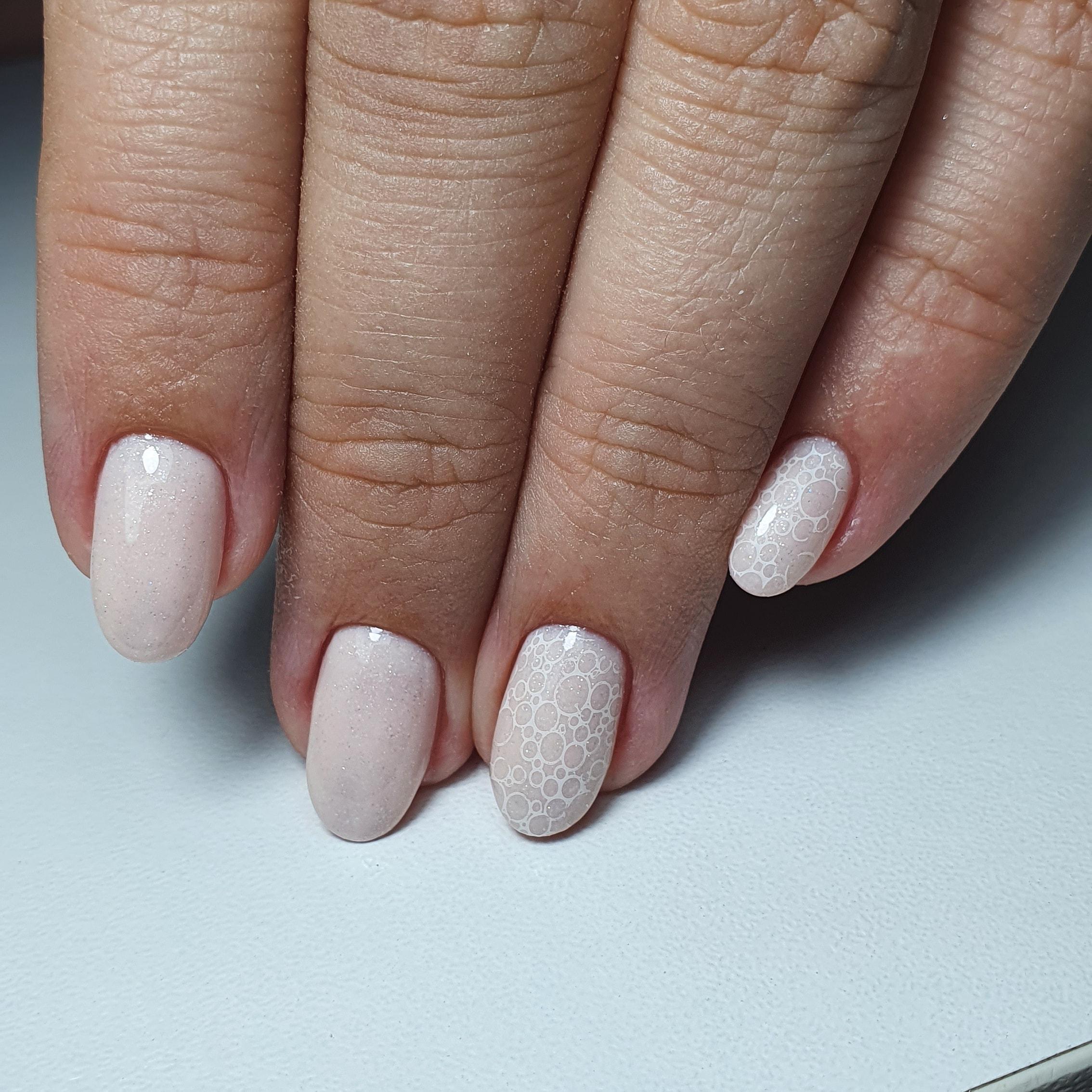 Маникюр с bubble-эффектом в молочном цвете на короткие ногти.