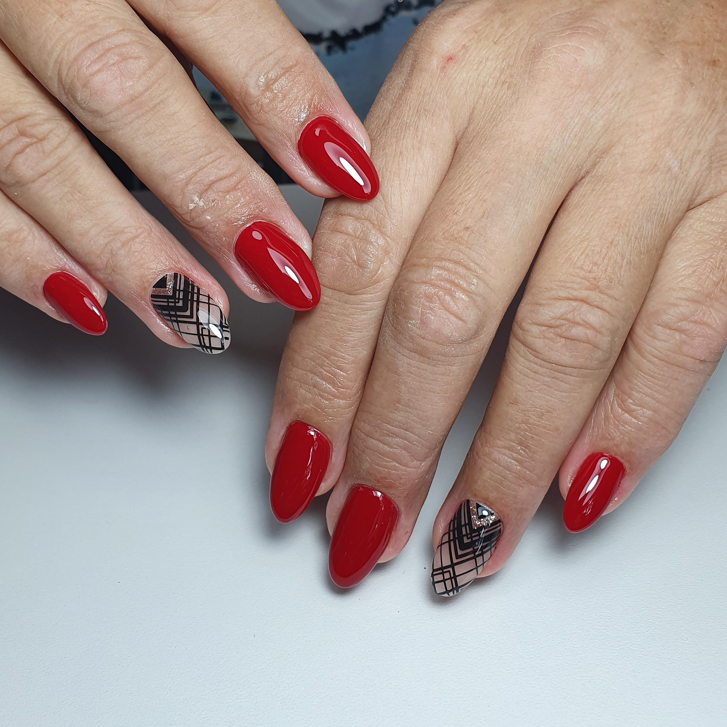 Геометрический маникюр в красном цвете.