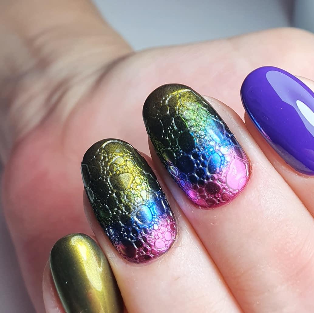 Разноцветный маникюр с градиентом, втиркой и bubble-эффектом на короткие ногти.