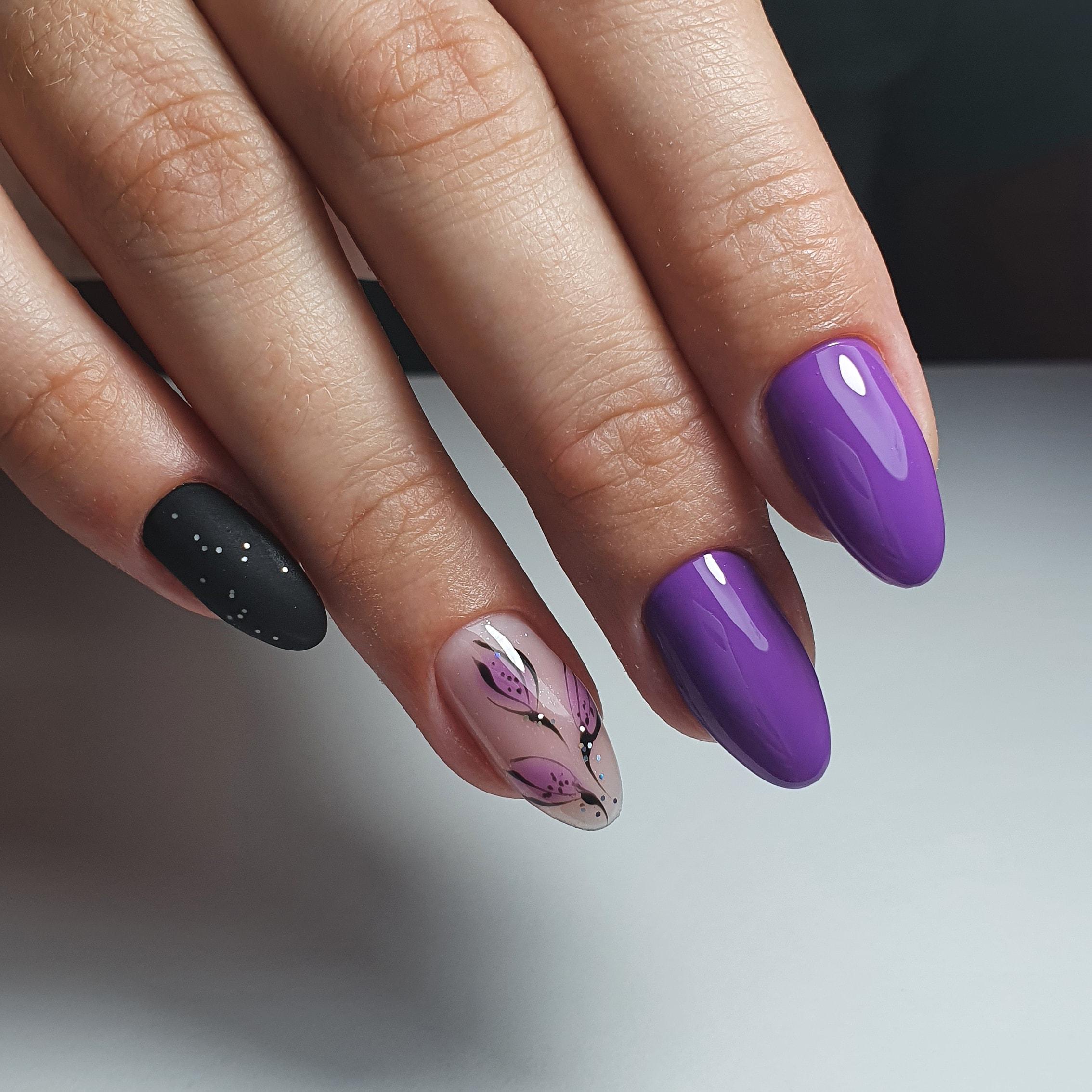 Маникюр с растительным рисунком и матовым дизайном в фиолетовом цвете на длинные ногти.
