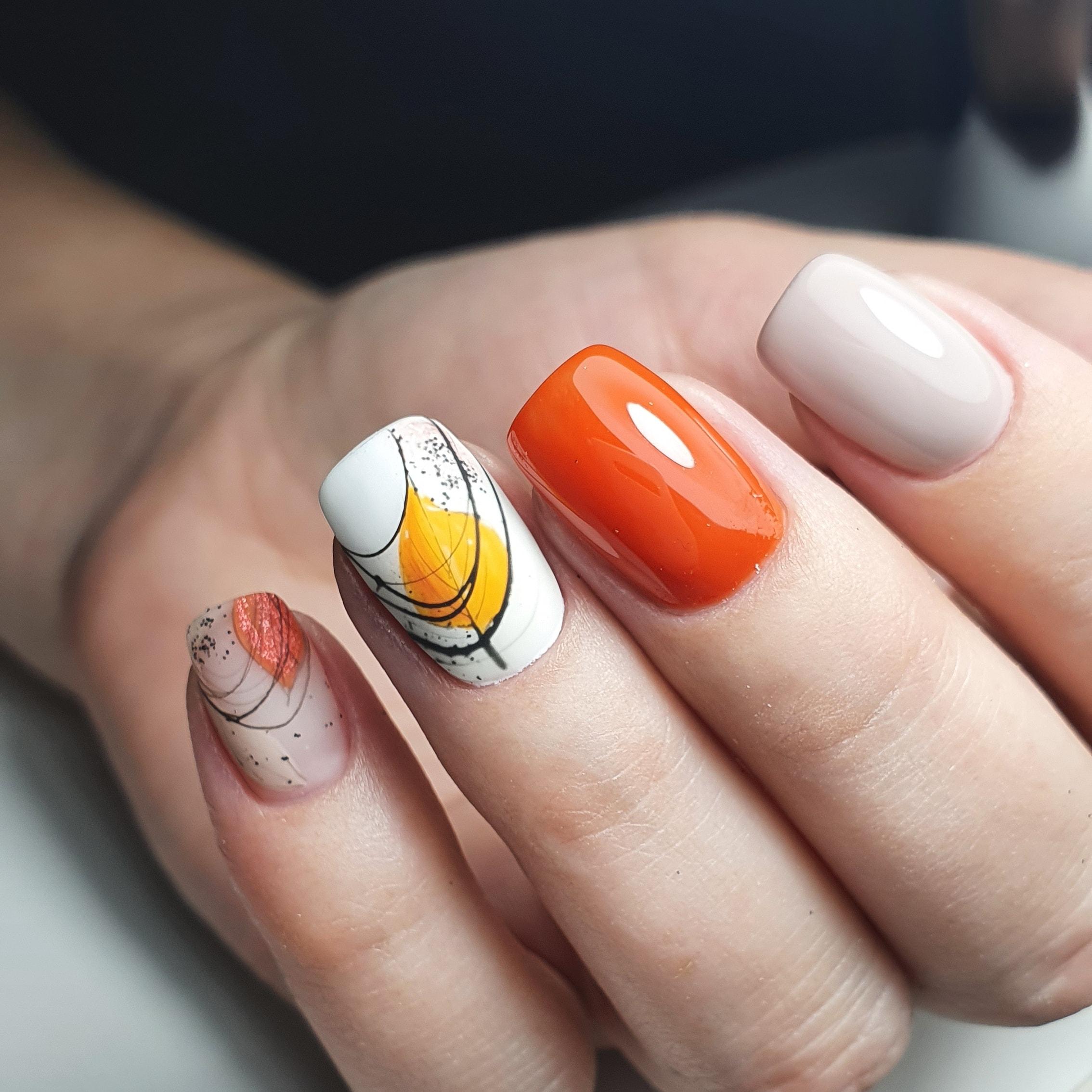 Осенний маникюр с листочками и паутинкой на короткие ногти.