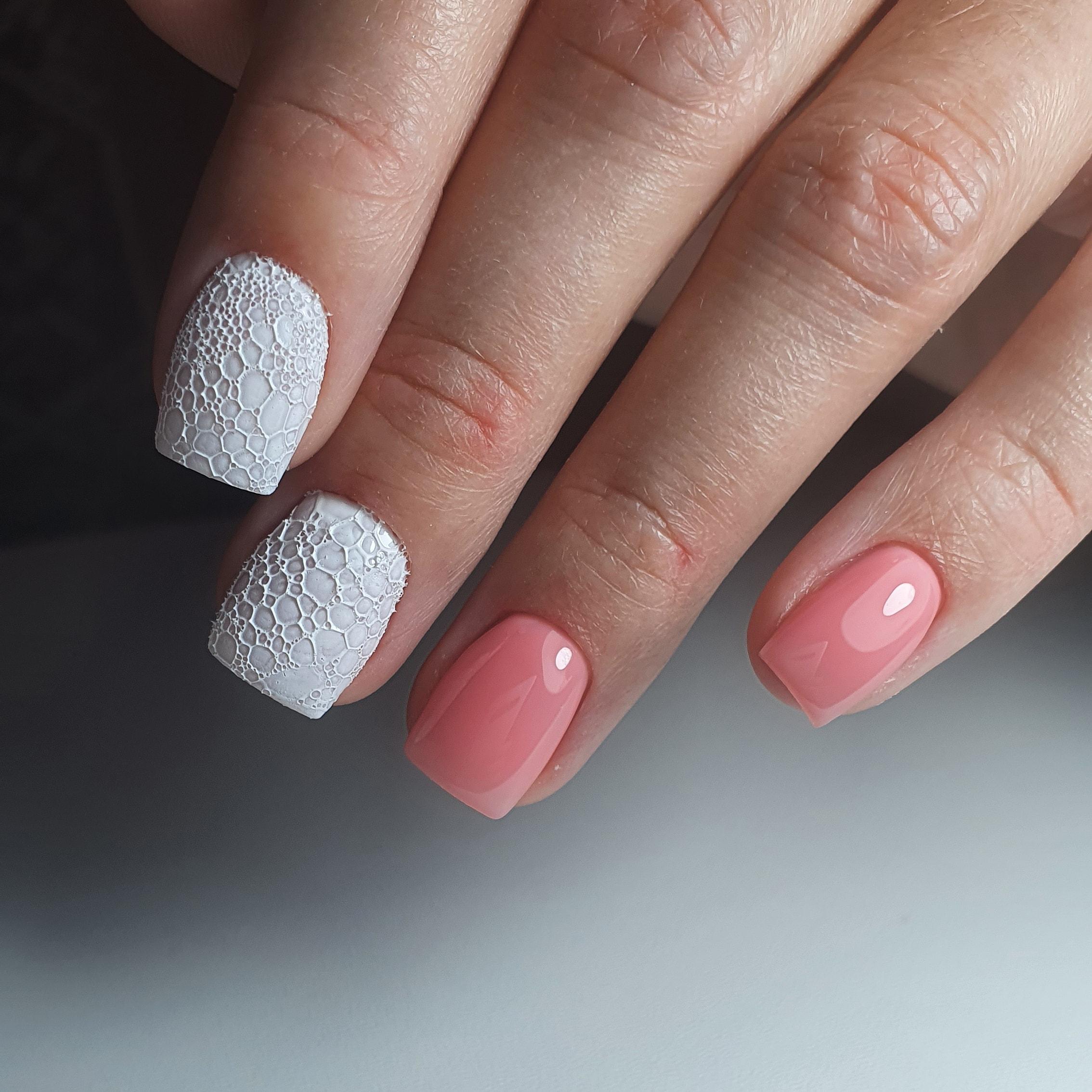 Маникюр с bubble-эффектом на короткие ногти.