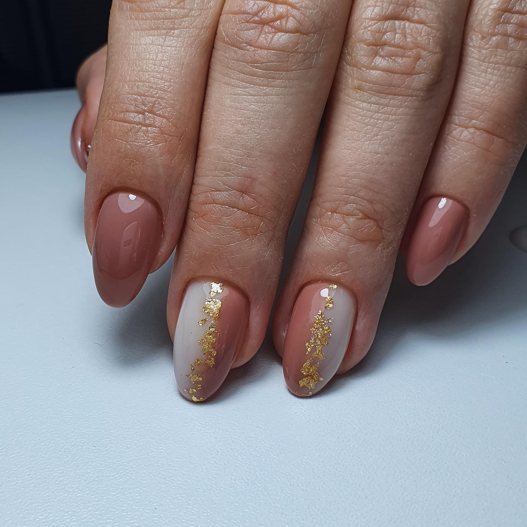 Маникюр с золотой фольгой и градиентом в коричневом цвете на короткие ногти.