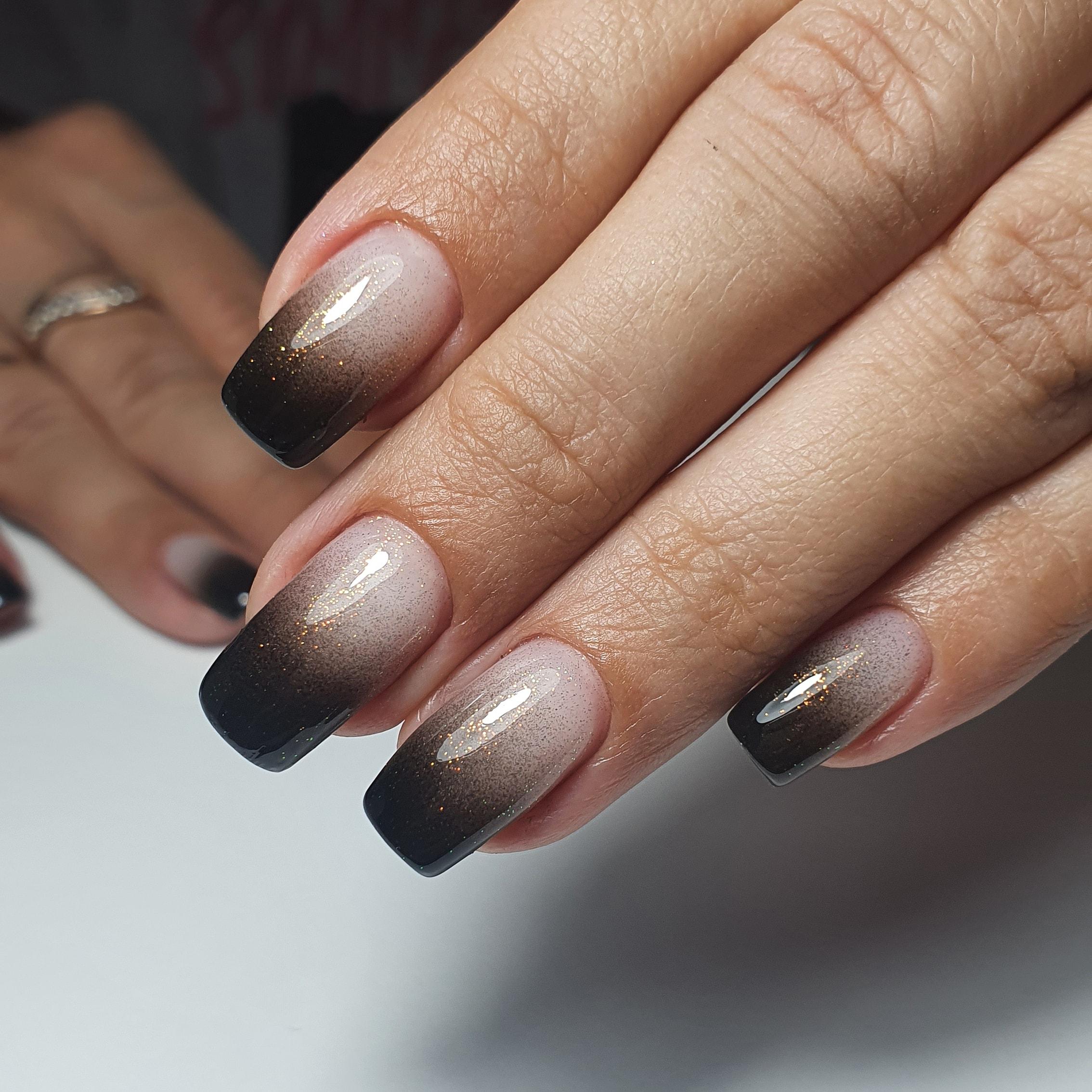 Маникюр с градиентом и блестками на длинные ногти.