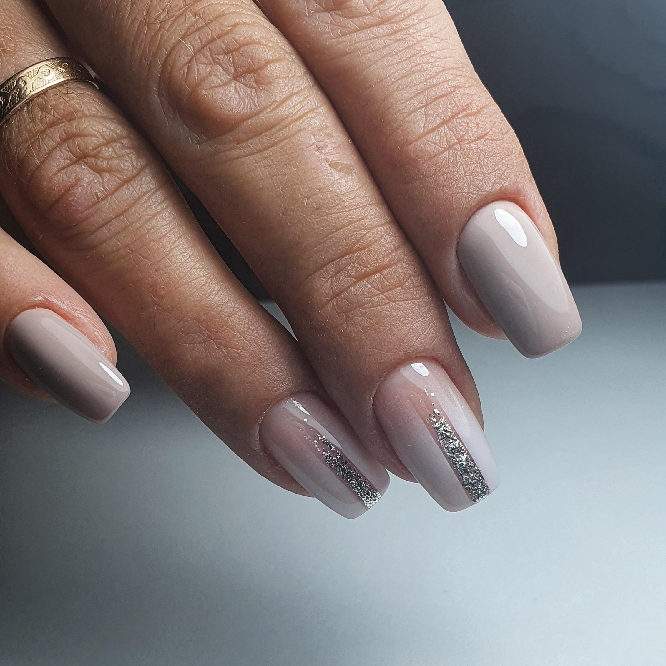 Маникюр с серебряными блестками в пастельных тонах на короткие ногти.