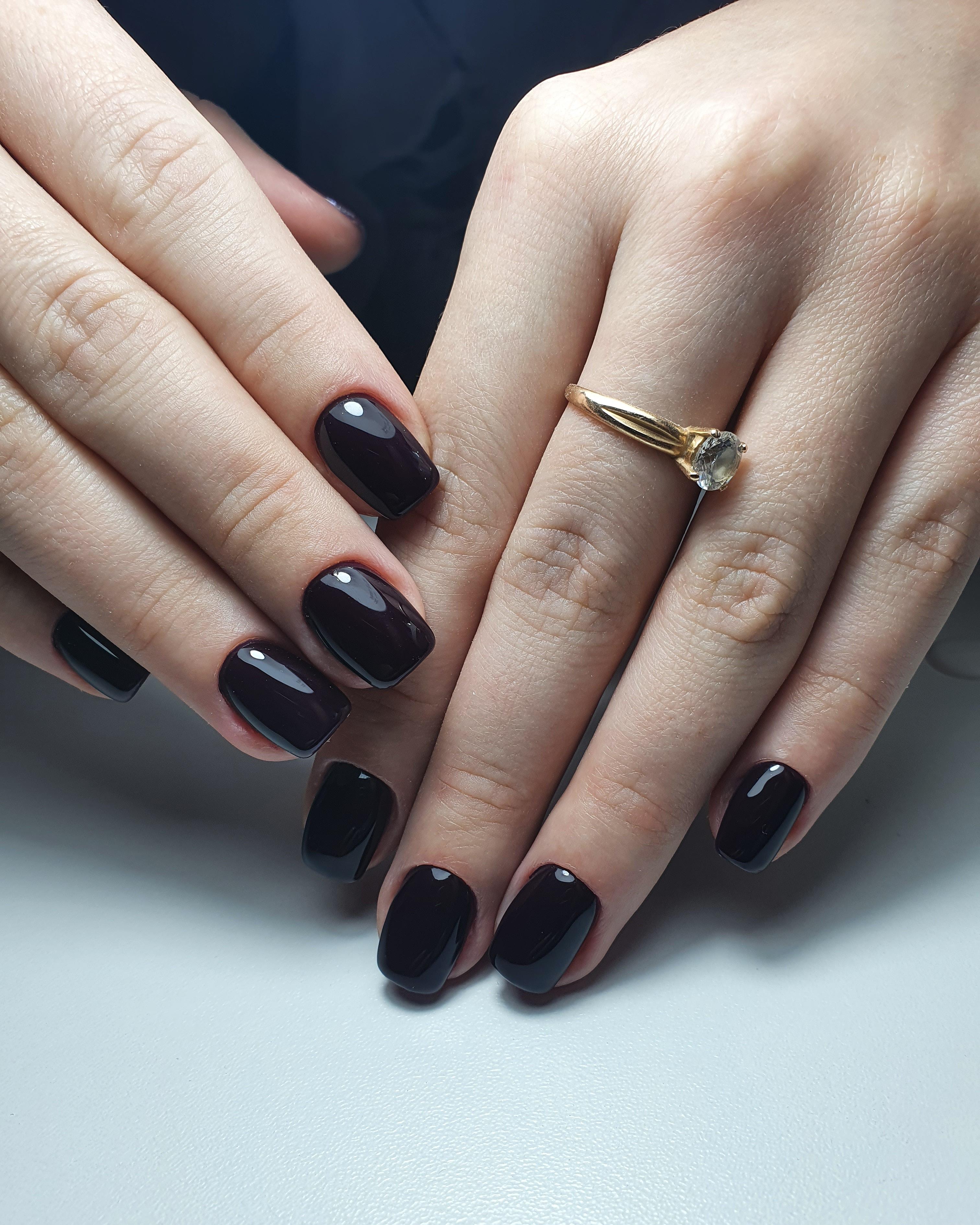 Маникюр в черном цвете на короткие ногти.