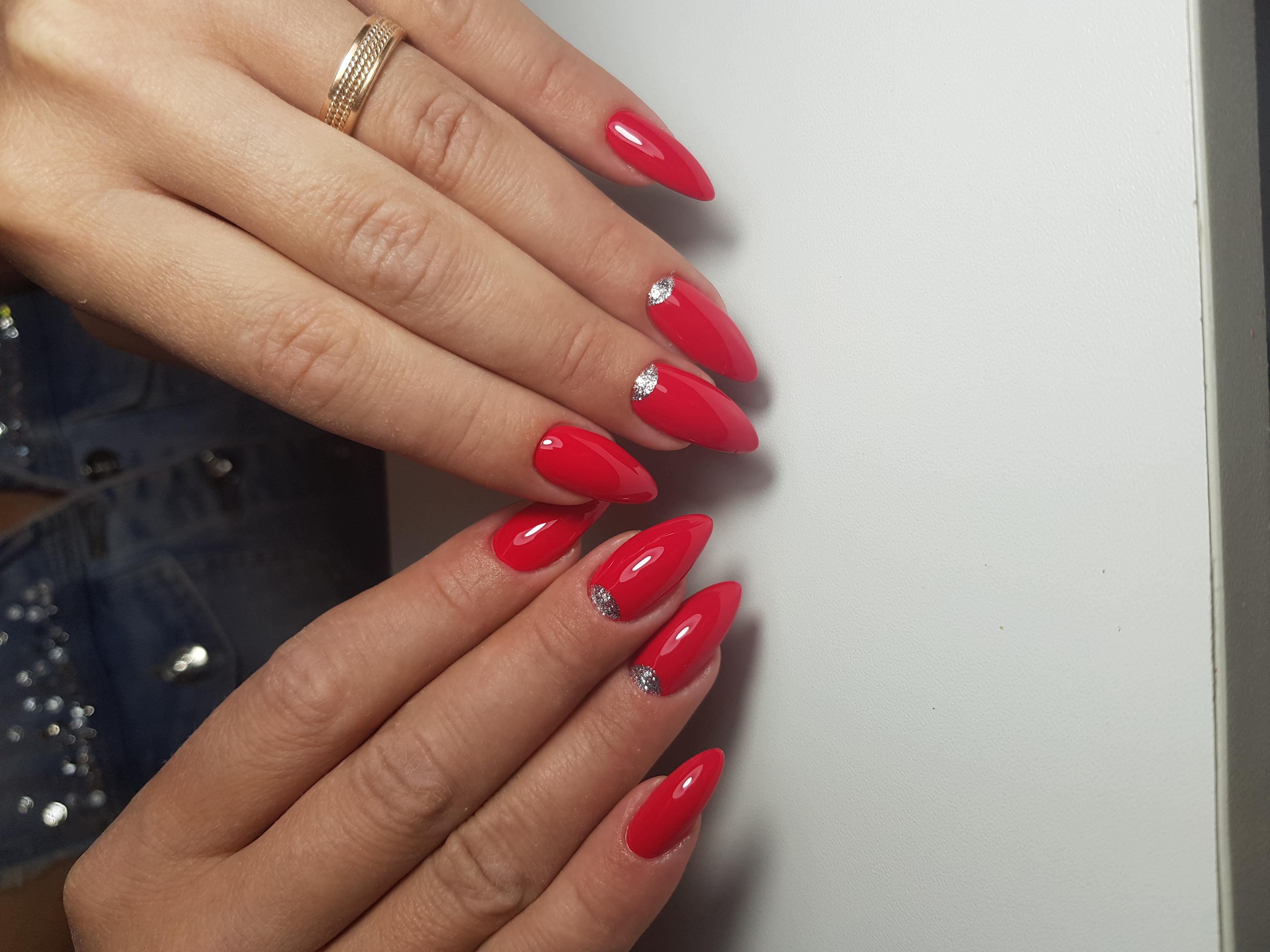 Маникюр с лунным дизайном и блестками в красном цвете.