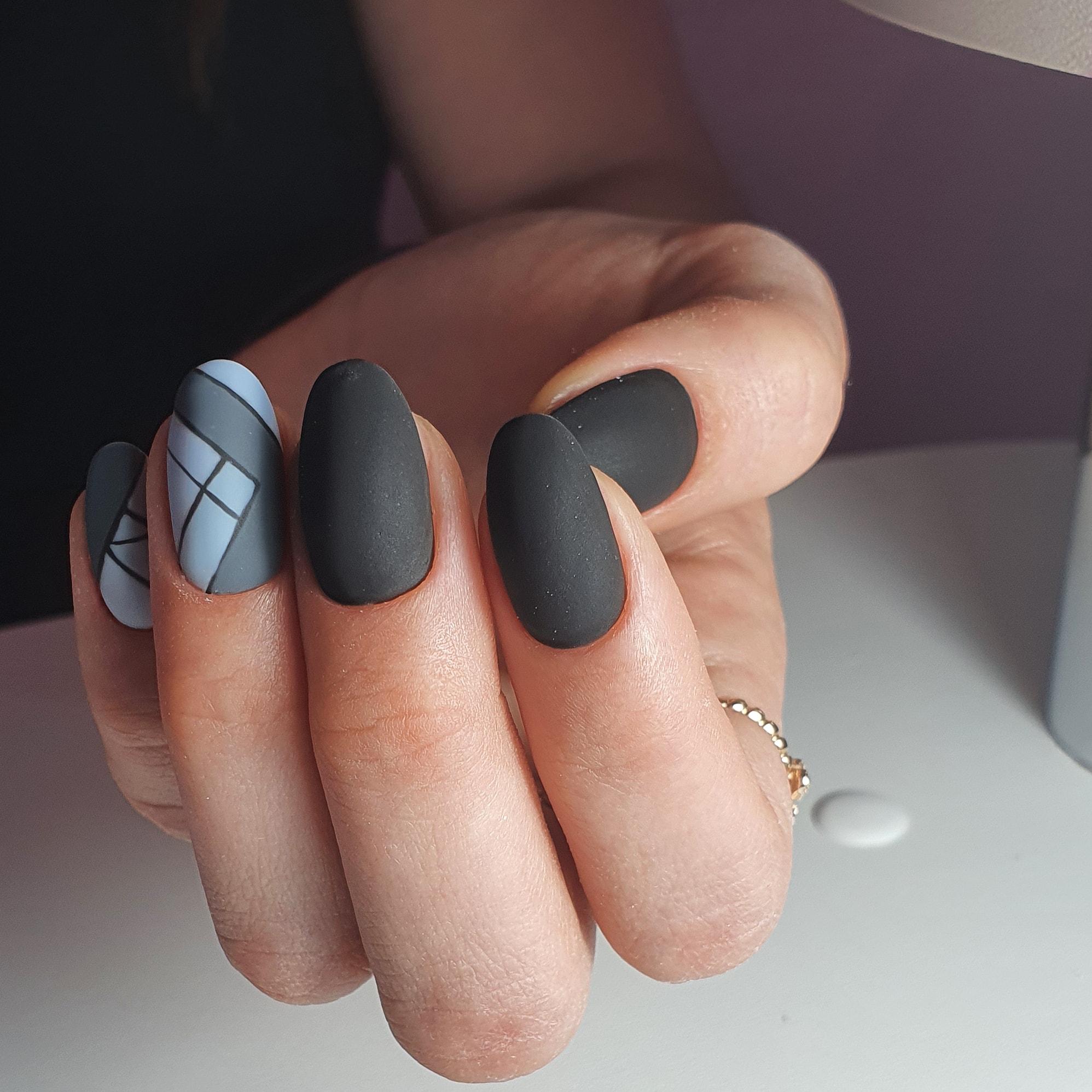 Геометрический матовый маникюр в черном цвете на короткие ногти.