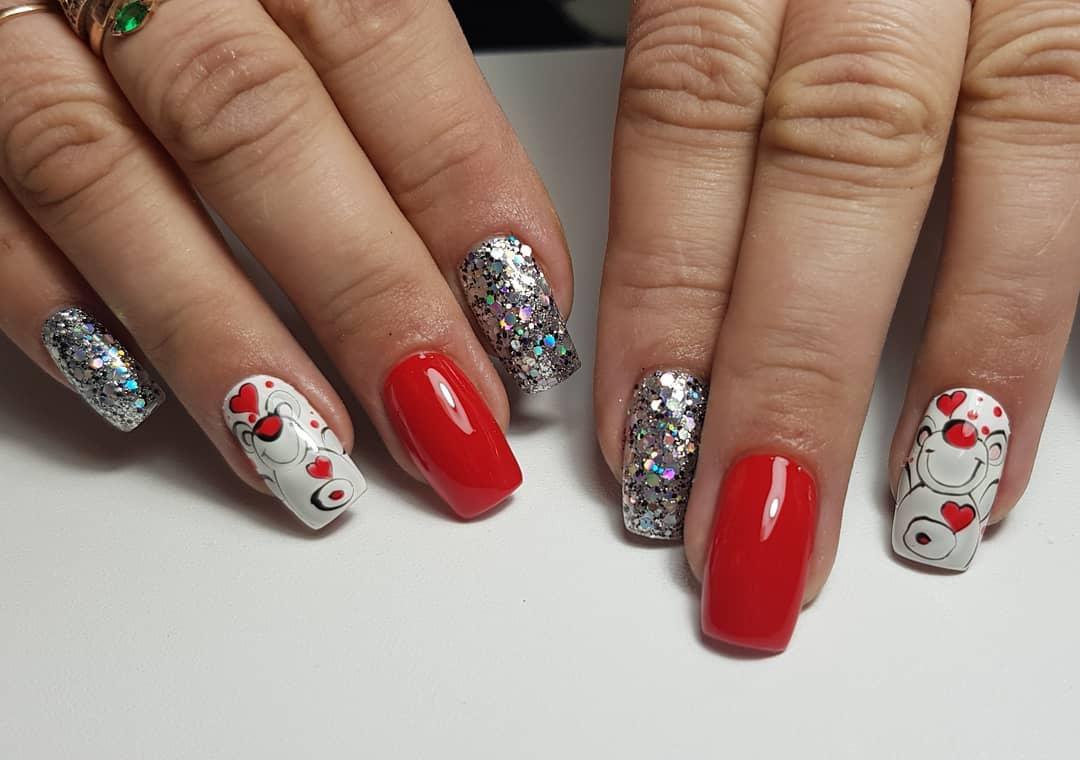 Маникюр с сердечками и серебряными камифубуки в красном цвете.