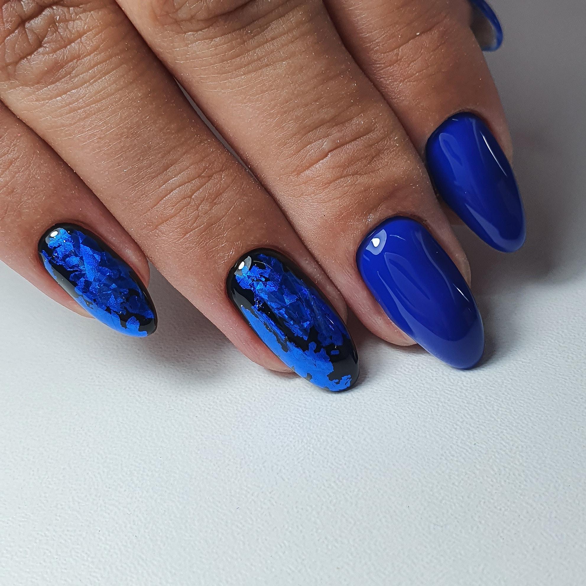 Маникюр с цветной фольгой в синем цвете на длинные ногти.