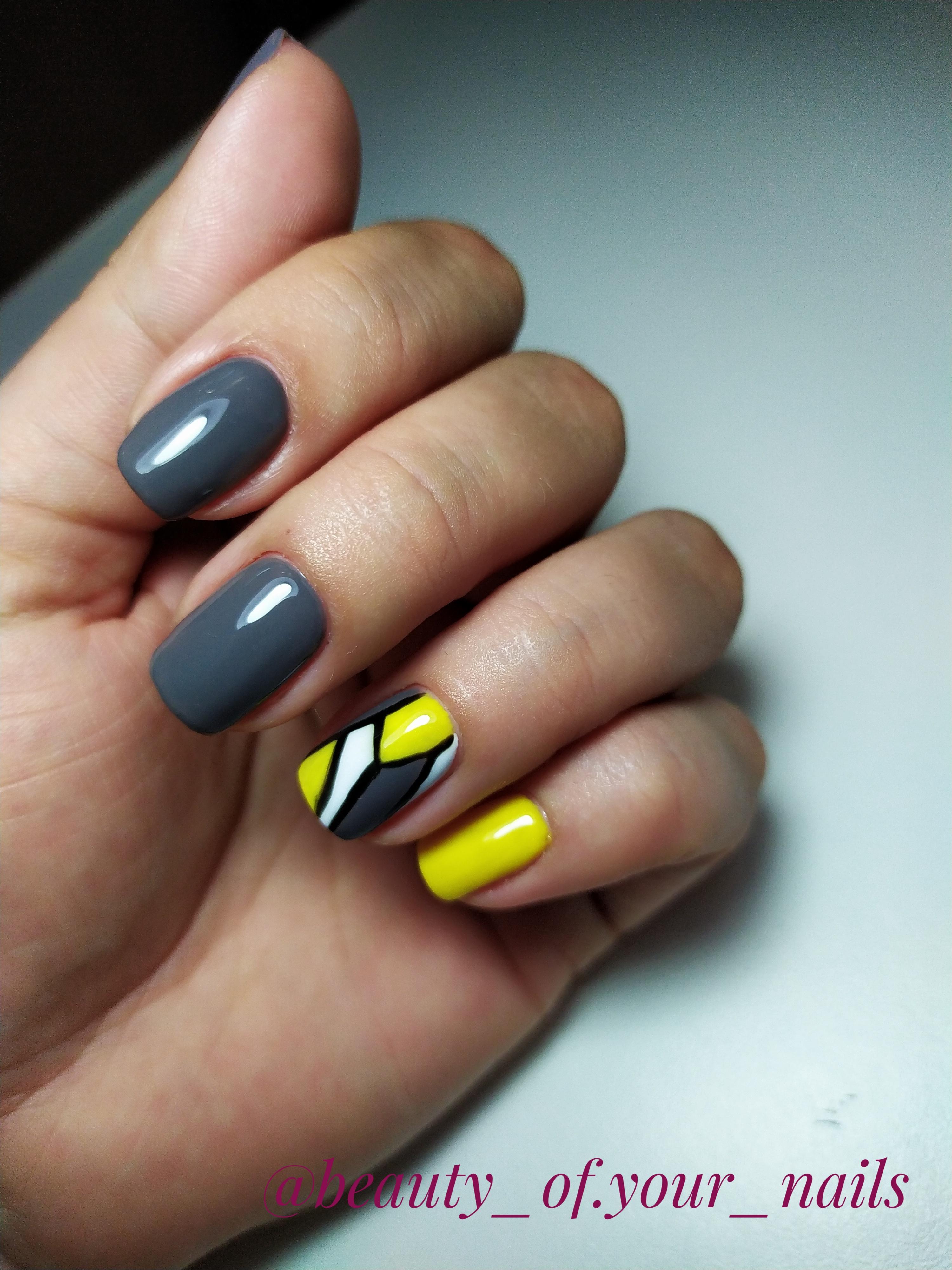 Геометрический маникюр в сером цвете на короткие ногти.