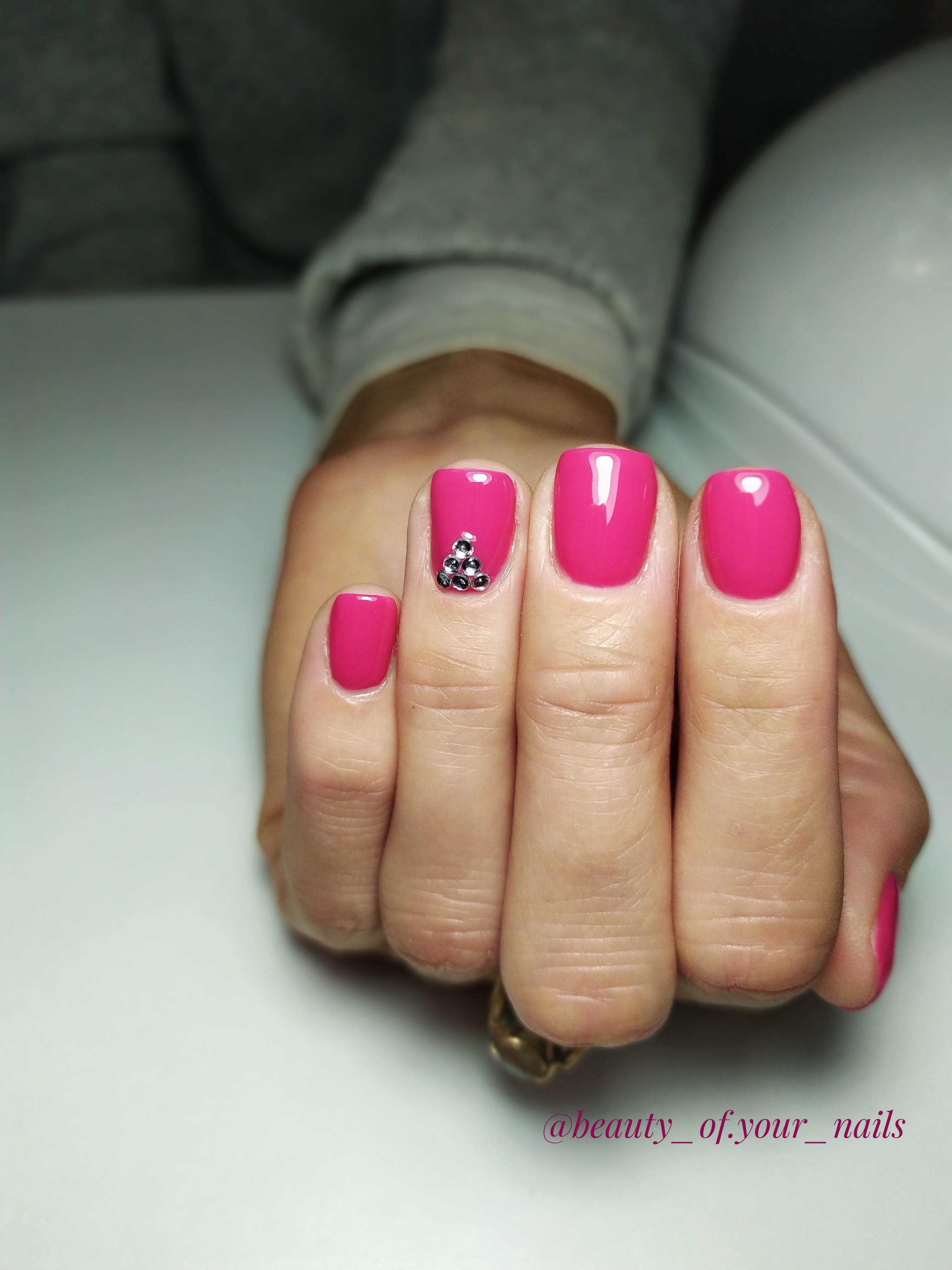 Маникюр со стразами в лиловом цвете на короткие ногти.