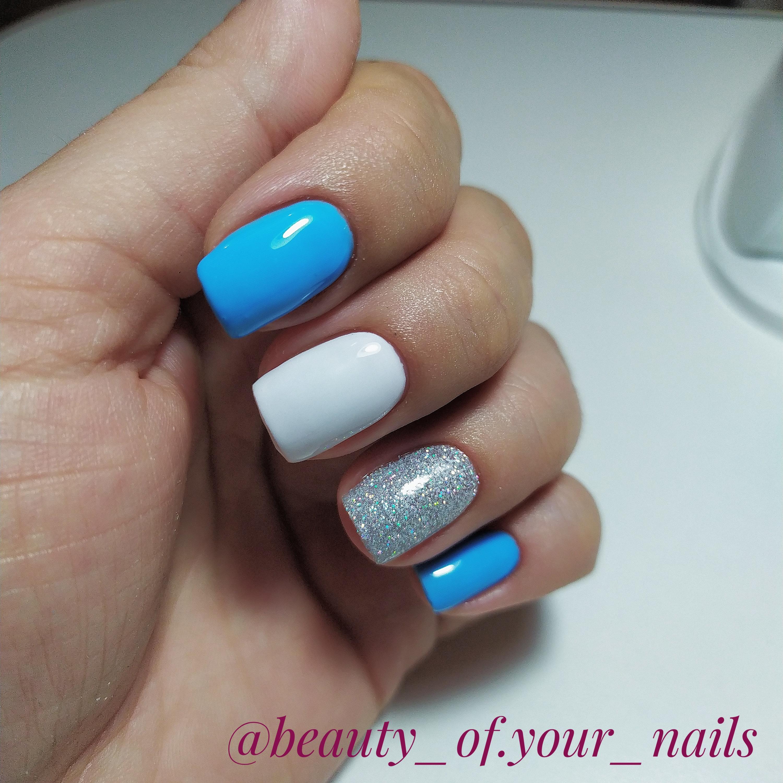 Маникюр с серебряными блестками в голубом цвете на короткие ногти.