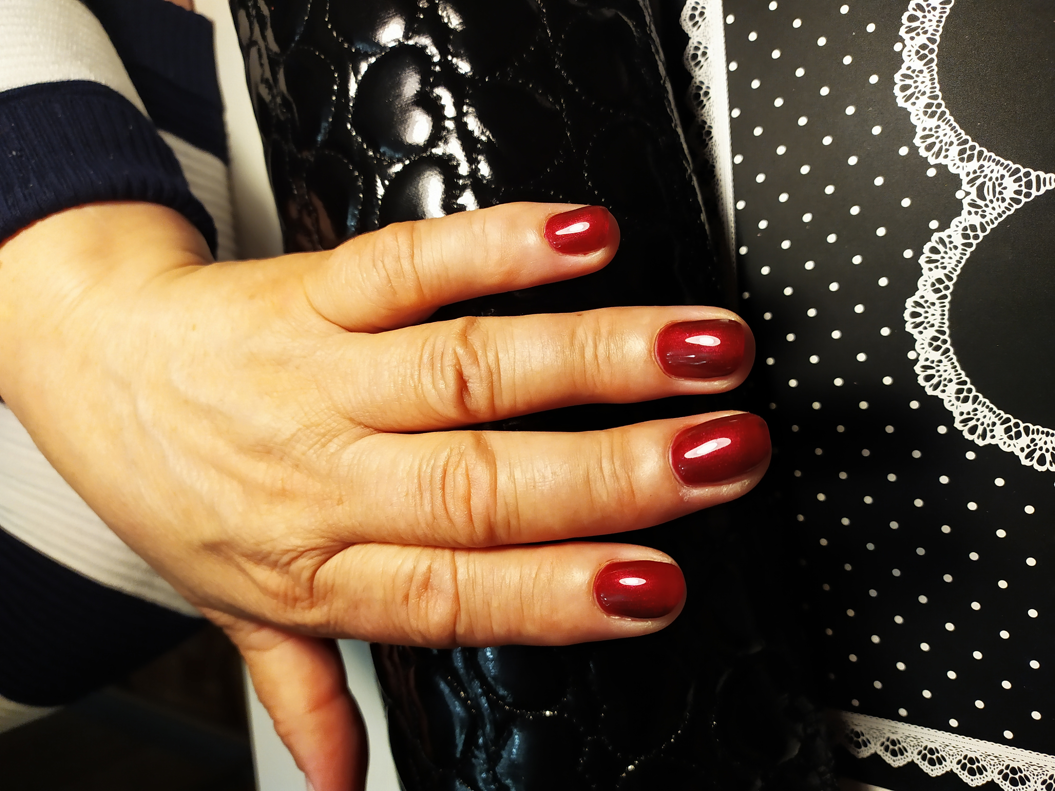 Маникюр в темно-красном цветен а короткие ногти.