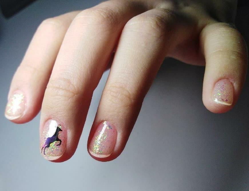 Нюдовый маникюр со слайдерами и блестками на короткие ногти.