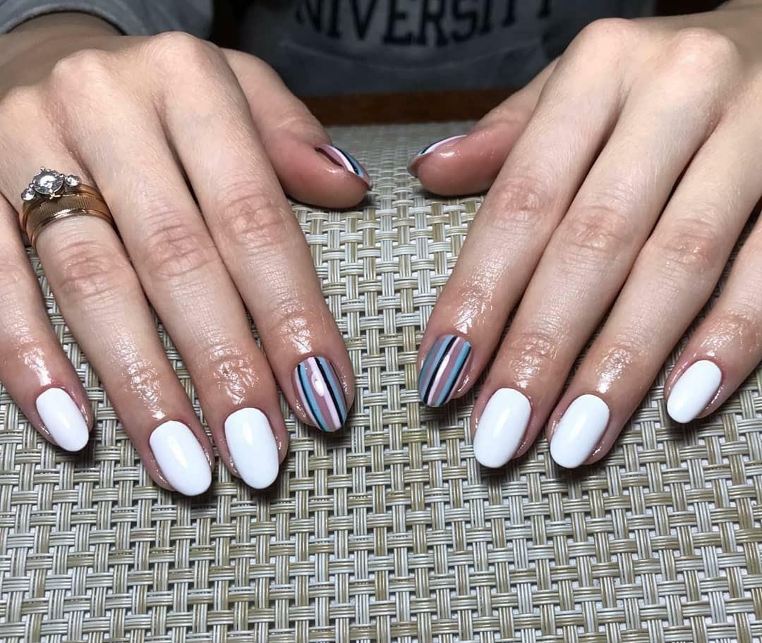 Маникюр с полосками в белом цвете на короткие ногти.