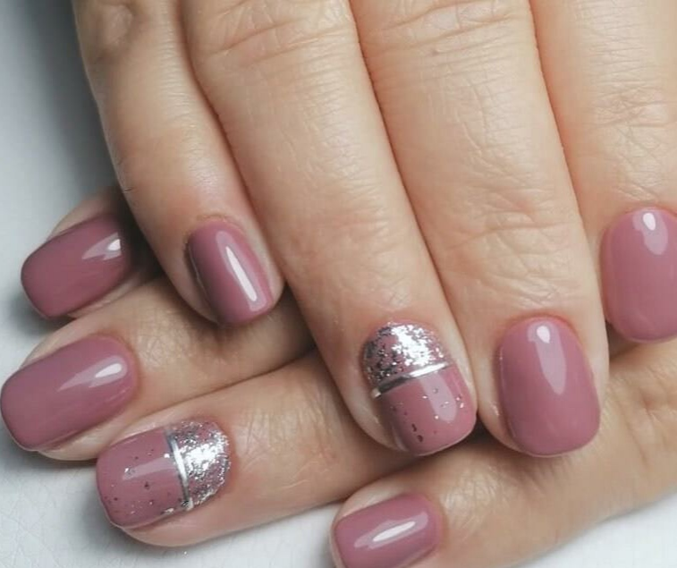 Маникюр с серебряными блестками и полосками в лиловом цвете на короткие ногти.