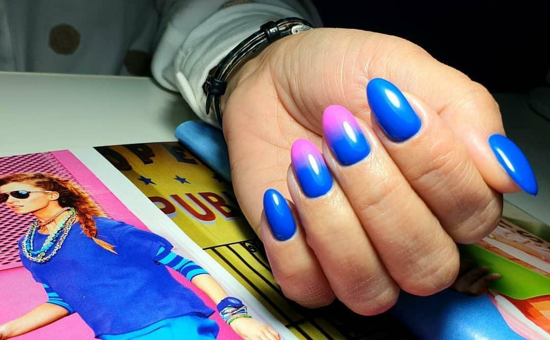 Маникюр с градиентом в синем цвете на короткие ногти.