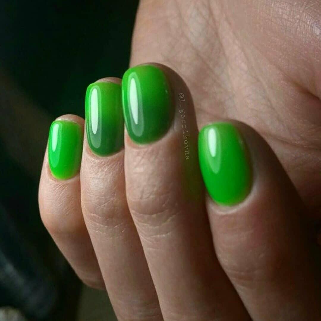 Маникюр с градиентом в зеленом цвете на короткие ногти.