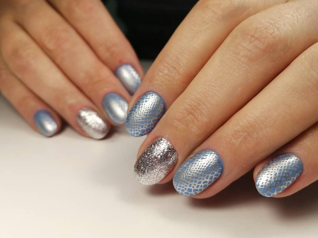 Маникюр с серебряными блестками и bubble-эффектом на короткие ногти.