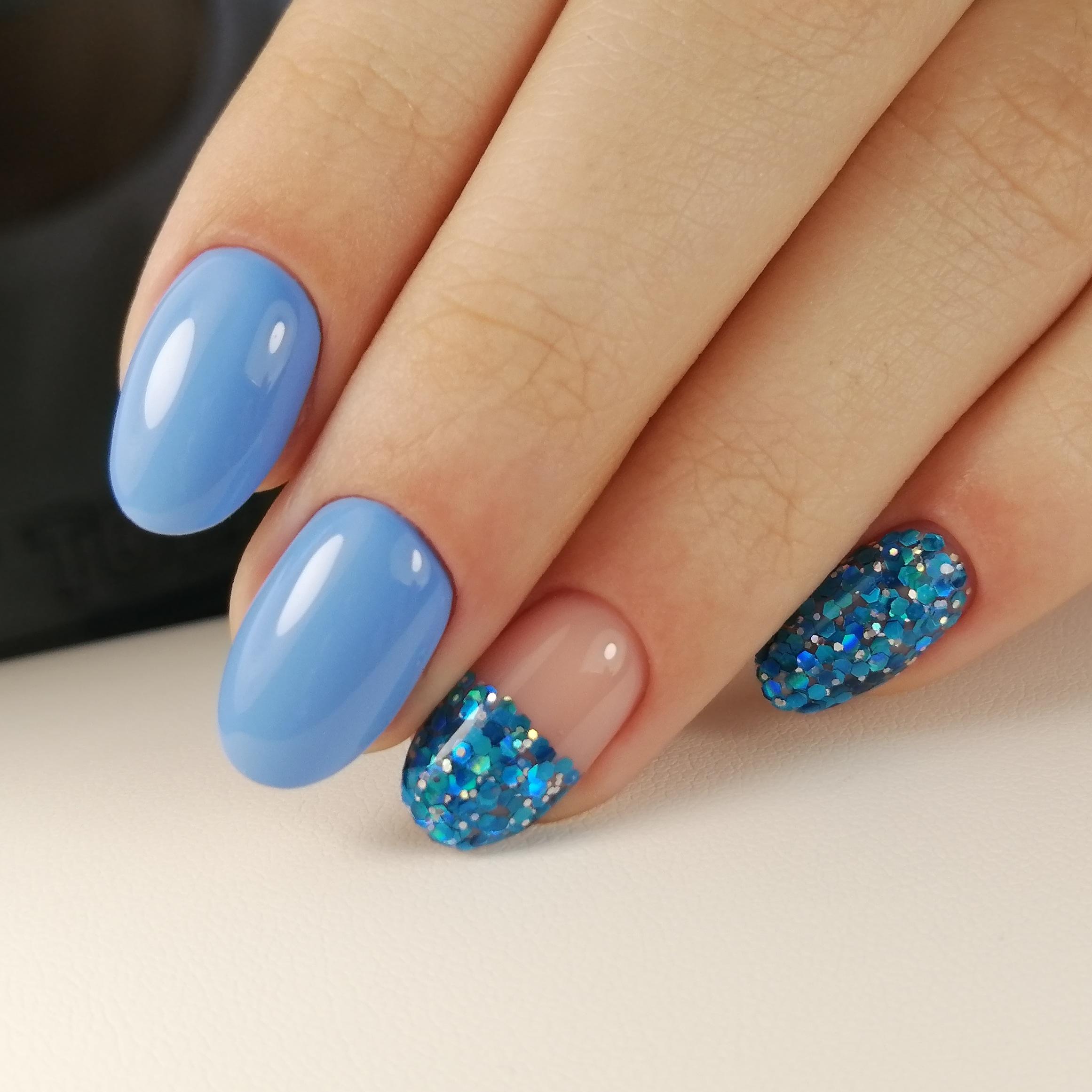 Маникюр с цветными камифубуки в голубом цвете на короткие ногти.