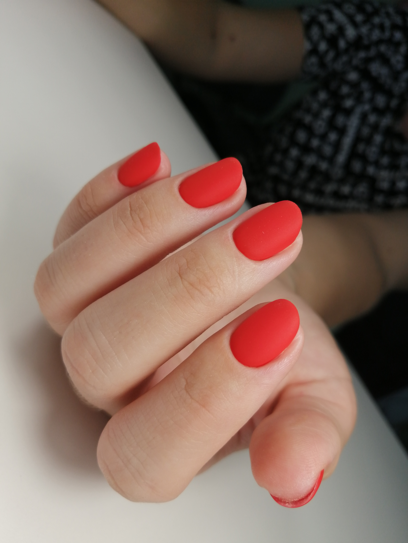 Матовый маникюр в красном цвете на короткие ногти.