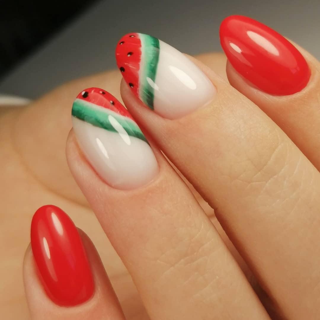Маникюр с арбузом в красном цвете на короткие ногти.