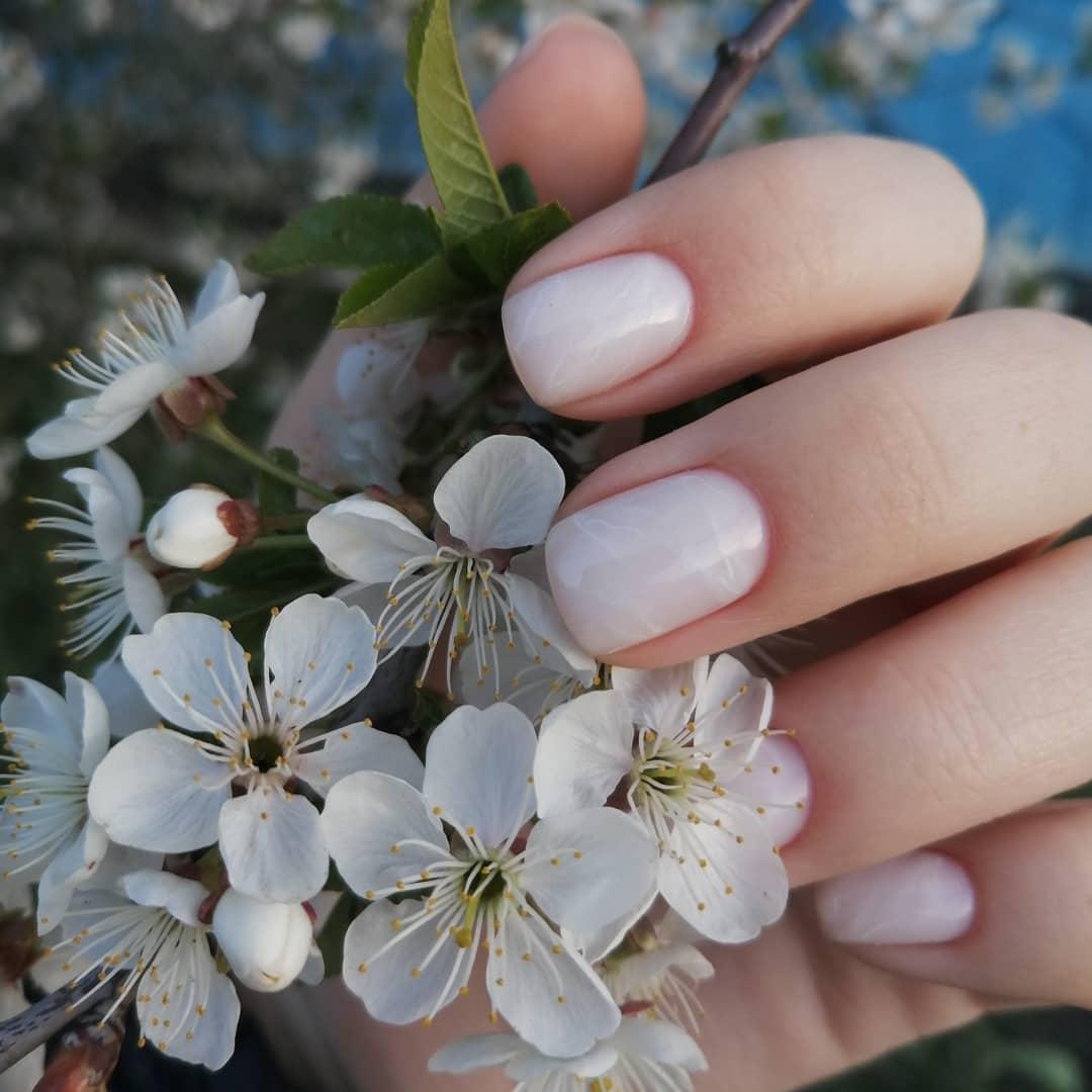 Мраморный маникюр в молочном цвете на короткие ногти.