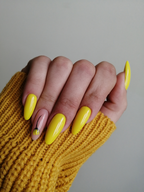 Маникюр с цветочным рисунком в желтом цвете.