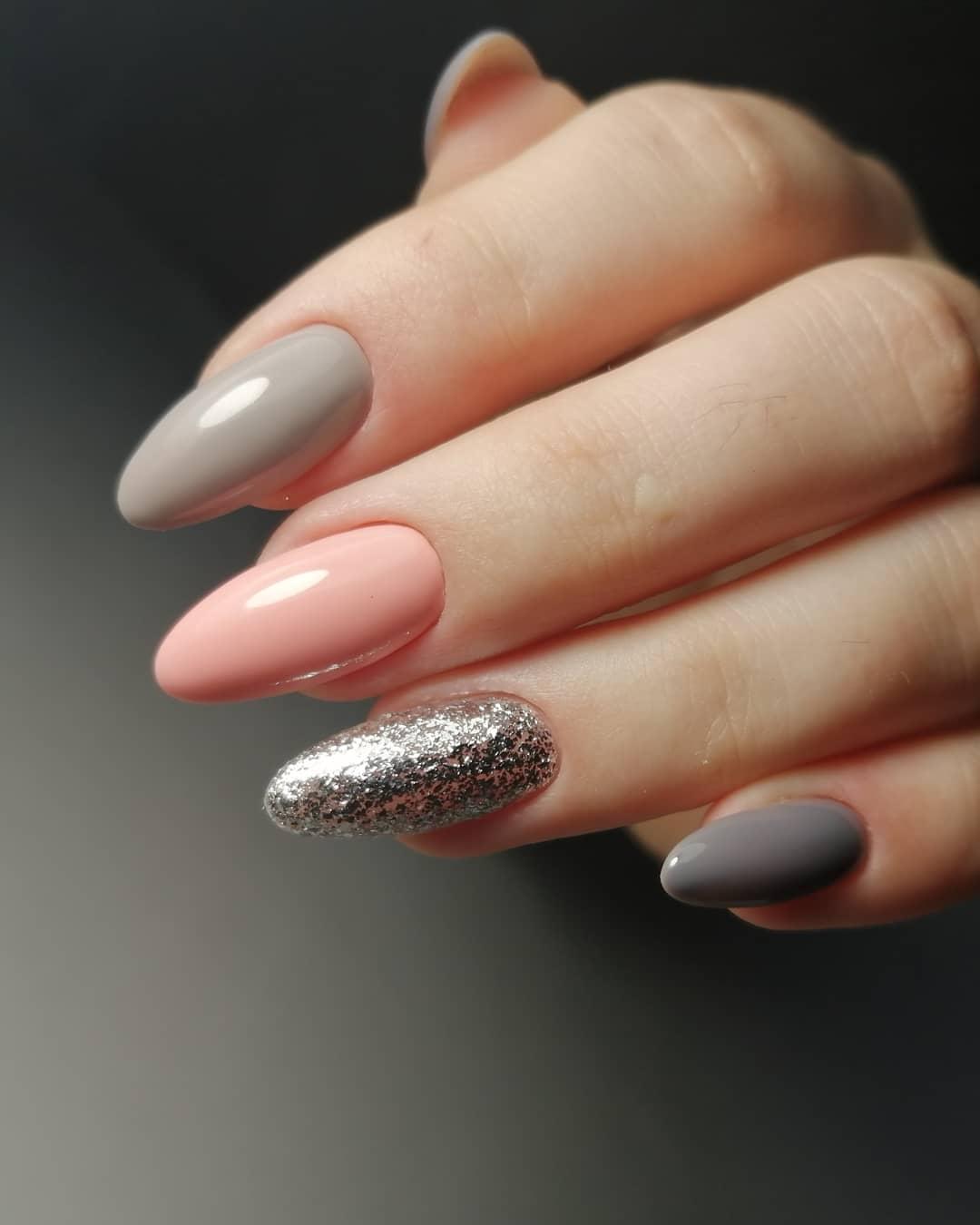 Маникюр с серебряными блестками в пастельных тонах.