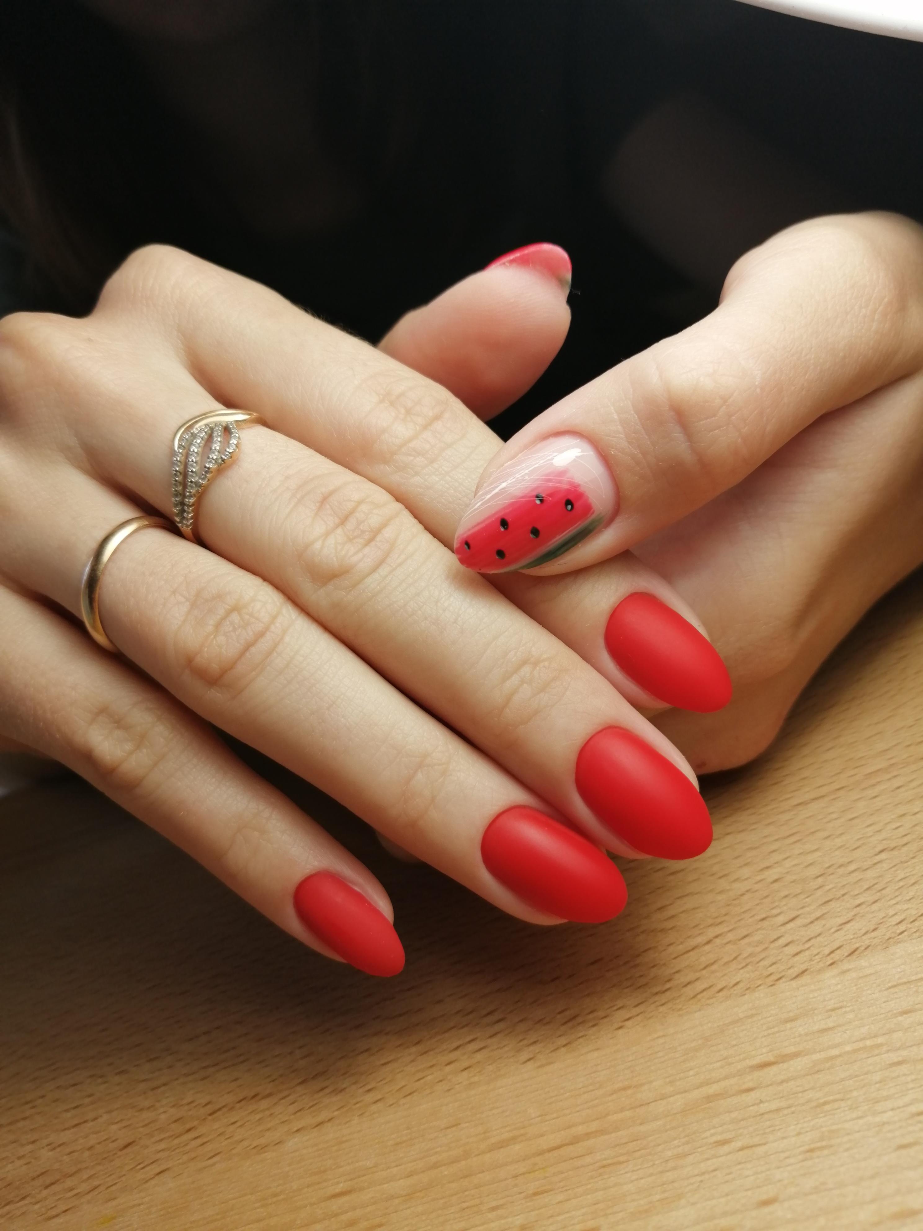 Матовый маникюр с арбузом в красном цвете.