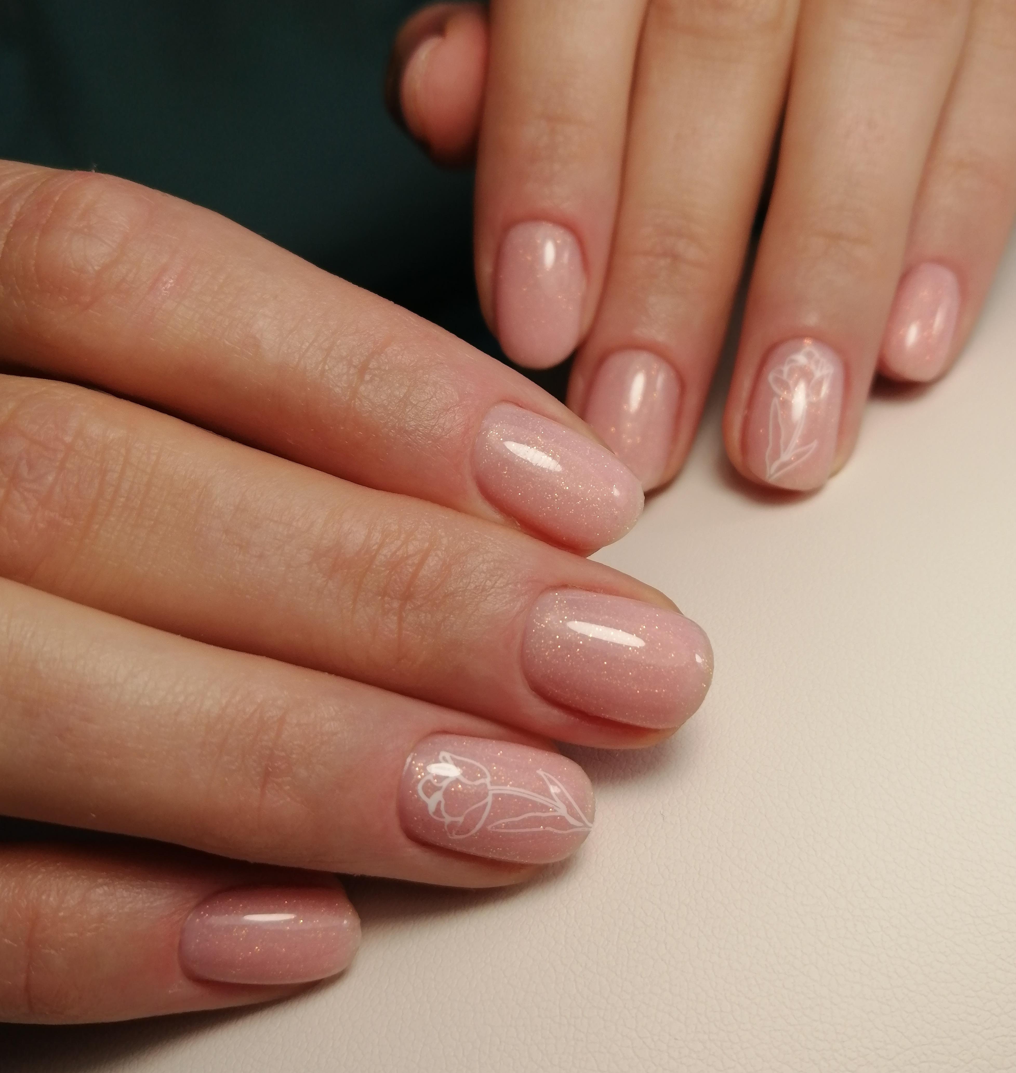 Нюдовый маникюр с цветочным рисунком и блестками на короткие ногти.