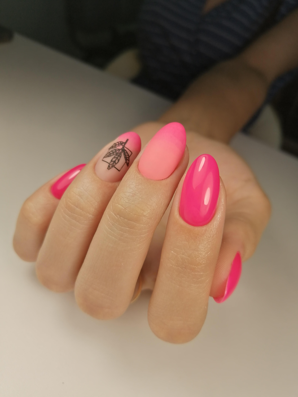 Маникюр с матовым градиентом и растительным слайдером в розовом цвете.
