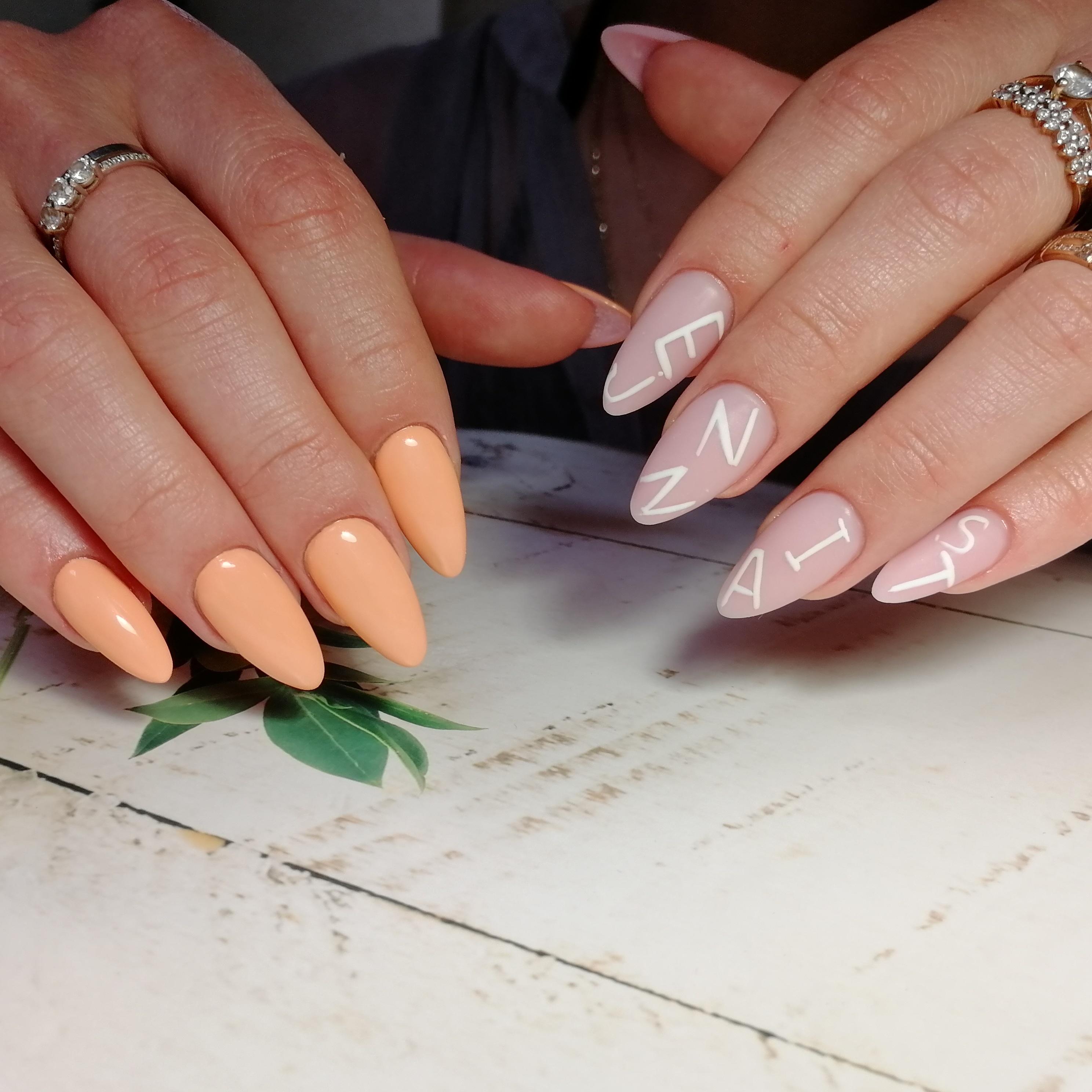 Контрастный маникюр с надписями на длинные ногти.