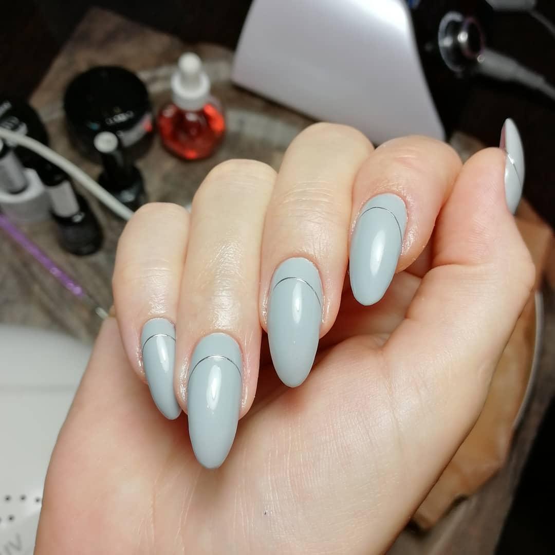 Маникюр с серебряными полосками в сером цвете на длинные ногти.