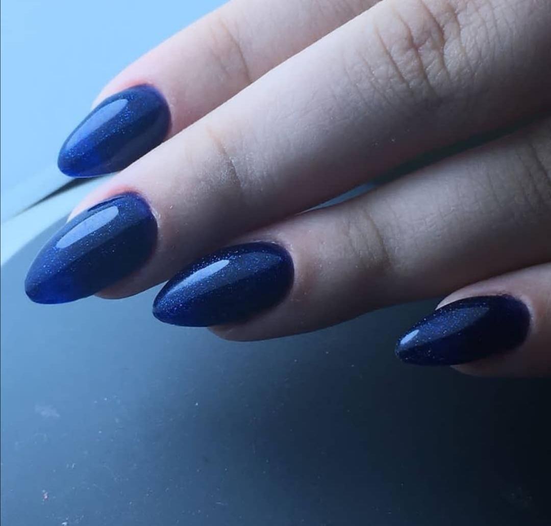 Маникюр с блестками в синем цвете на длинные ногти.