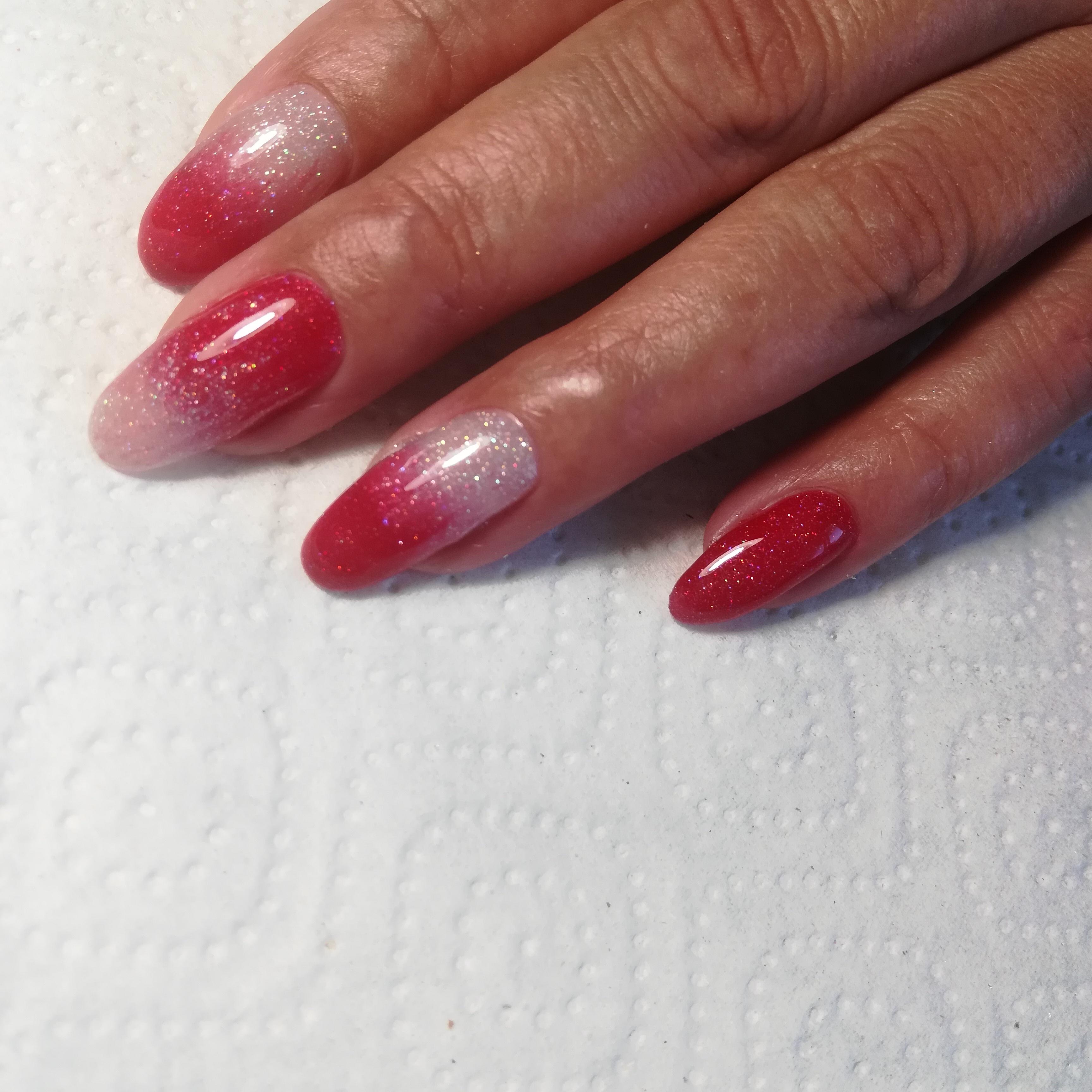 Маникюр с градиентом и блестками на длииные ногти.
