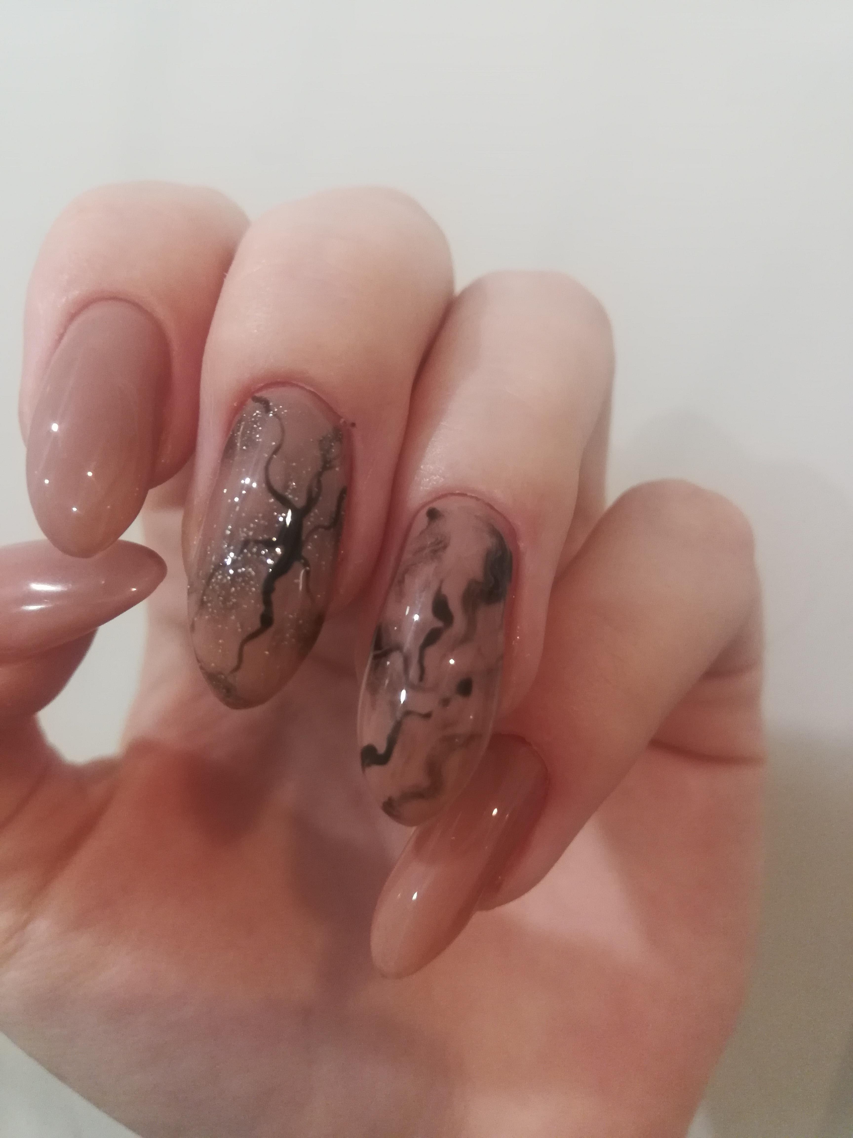Маникюр с мраморным дизайном в бежевом цвете на длинные ногти.