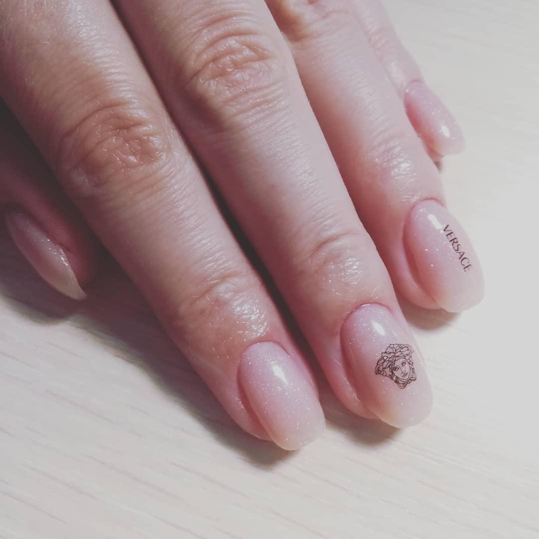 Нюдовый маникюр со слайдерами и надписями на короткие ногти.