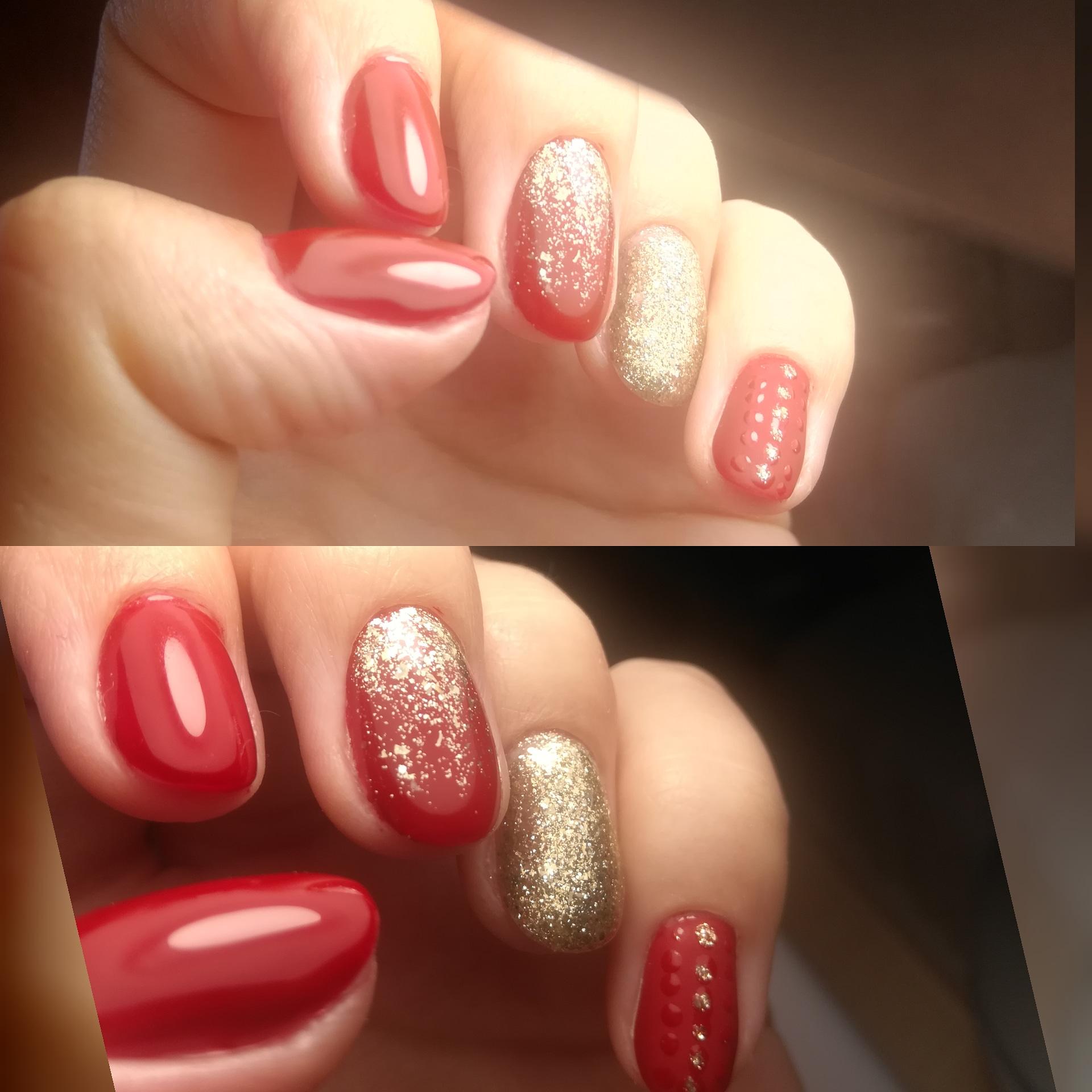 Маникюр с золотыми блестками в красном цвете на короткие ногти.