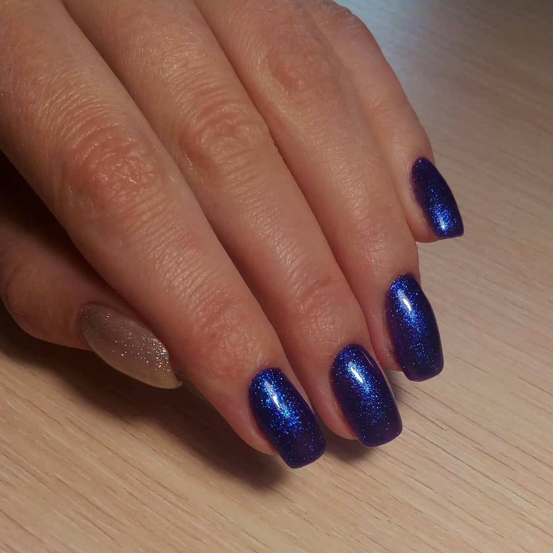 Маникюр с блестками в синем цвете на короткие ногти.