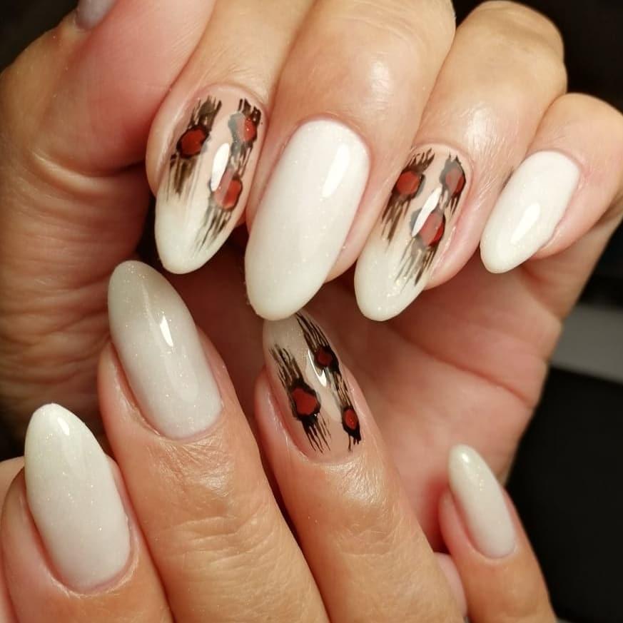 Маникюр с рисунком в молочном цвете на длинные ногти.