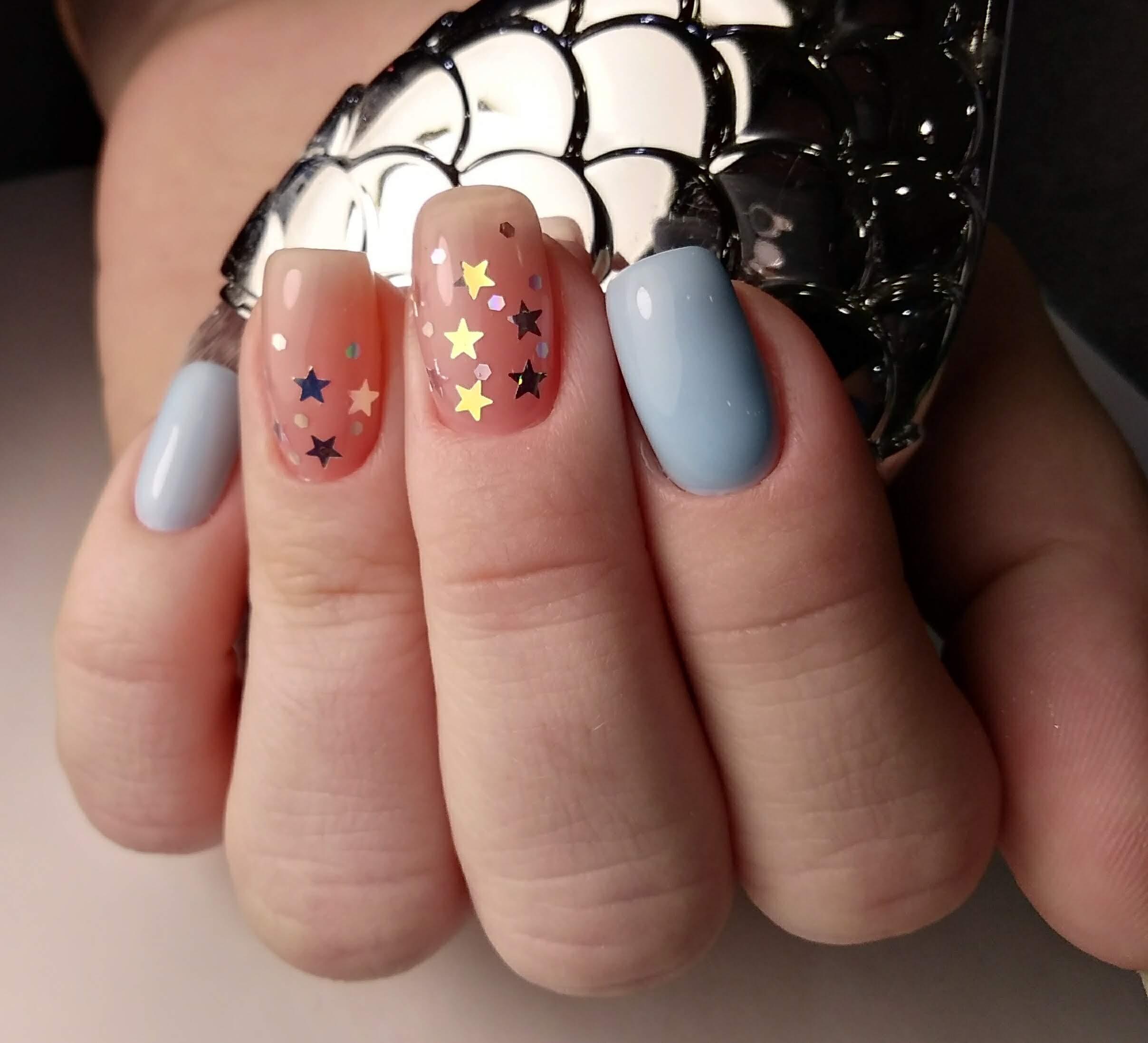 """Маникюр в нежном голубом цвете с нюдовым дизайном и камифубуки """"звёздочки""""."""