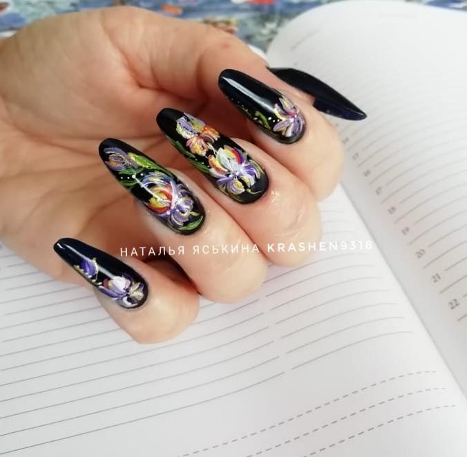 Маникюр в чёрном цвете с цветочной художественной росписью.