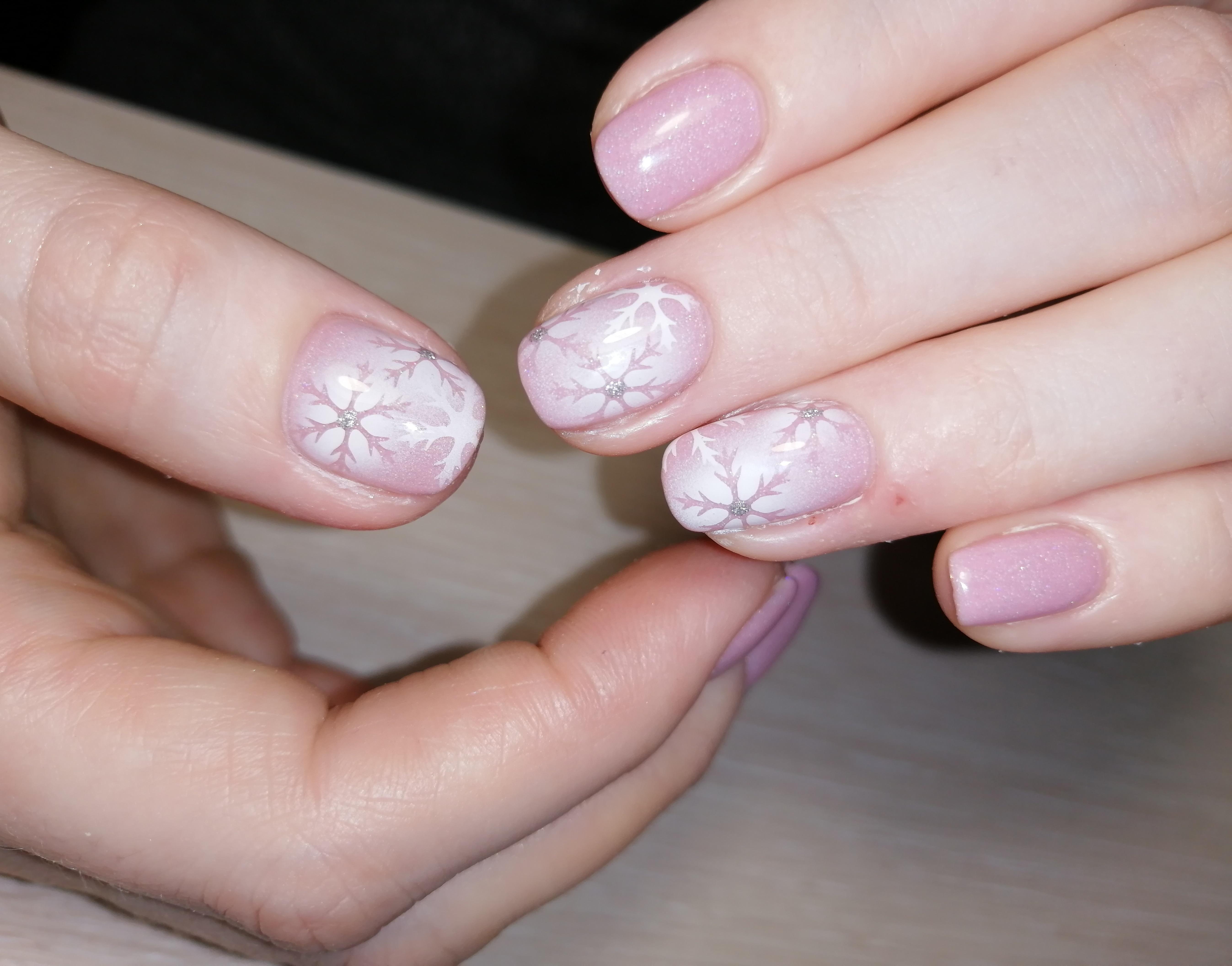 """Маникюр в нежном розовом цвете с аэрографичным дизайном """"снежинки""""."""