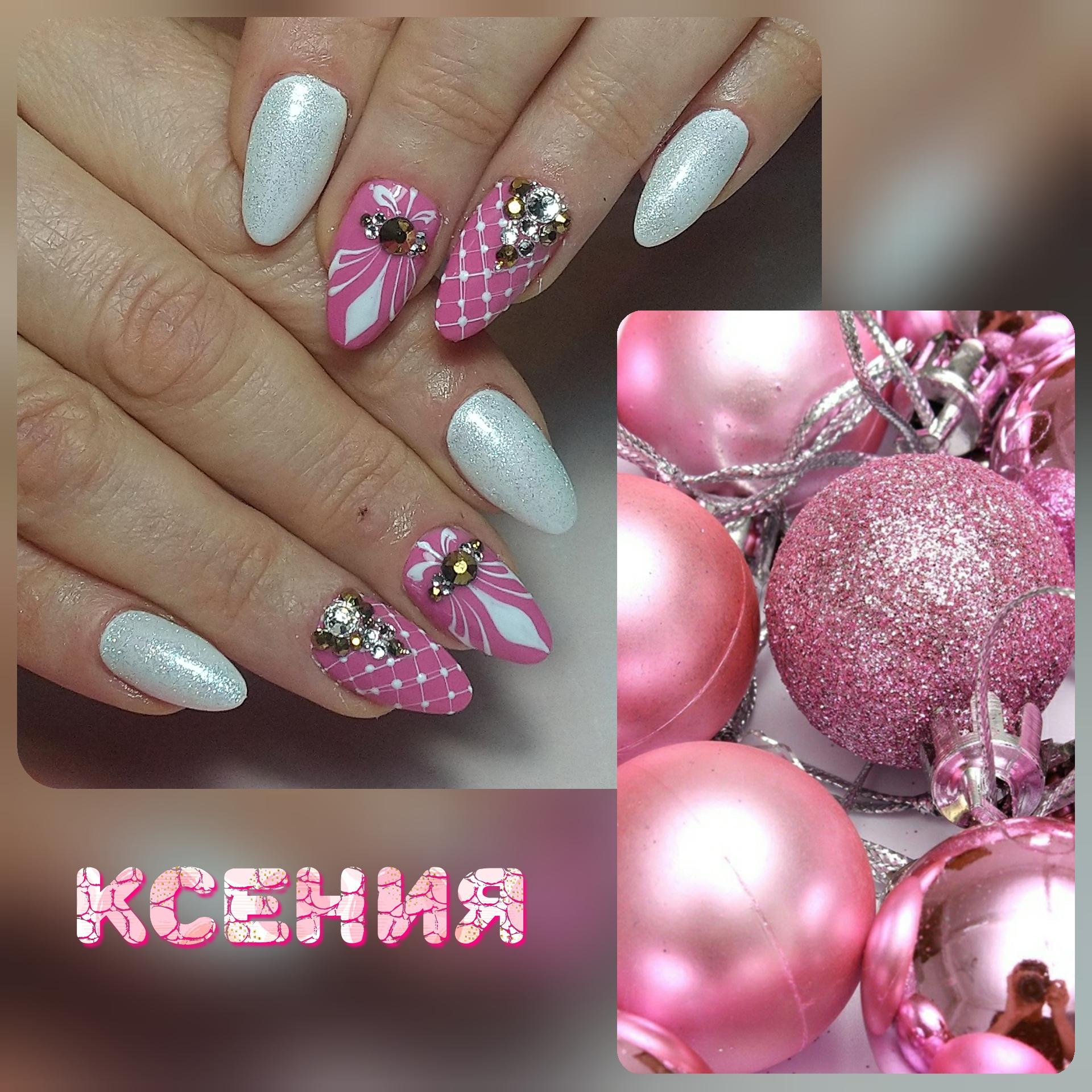 Маникюр в белом цвете с блестящей втиркой, розовым дизайном и стразами.